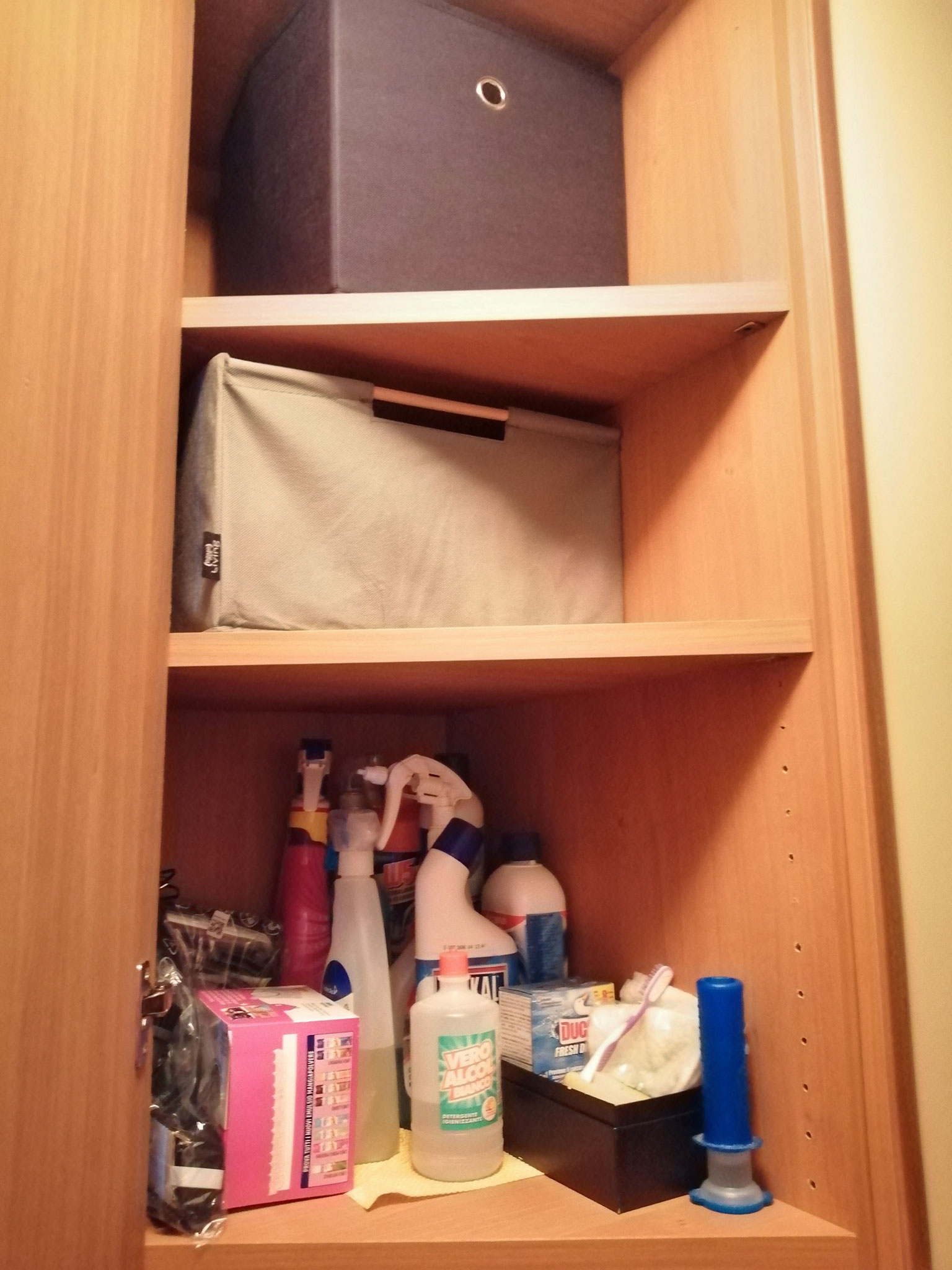 Mensola igienizzanti e contenitori asciugamani