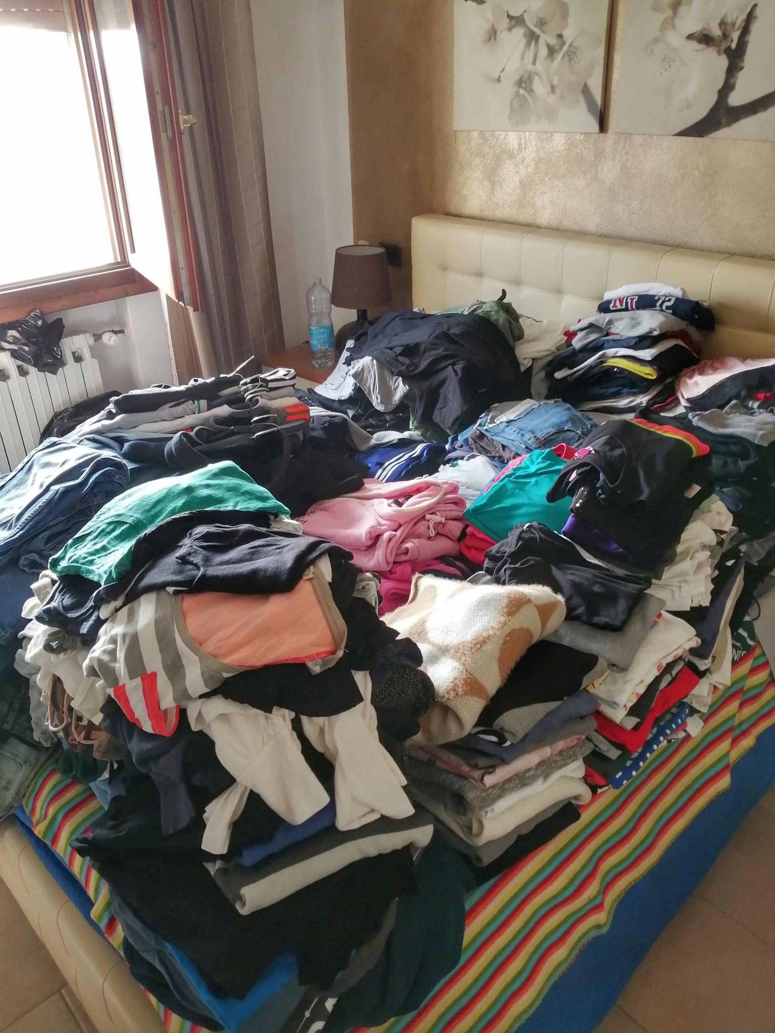Il momento shock quando si tira fuori tutto e ci si rende conto di quanti vestiti si posseggono