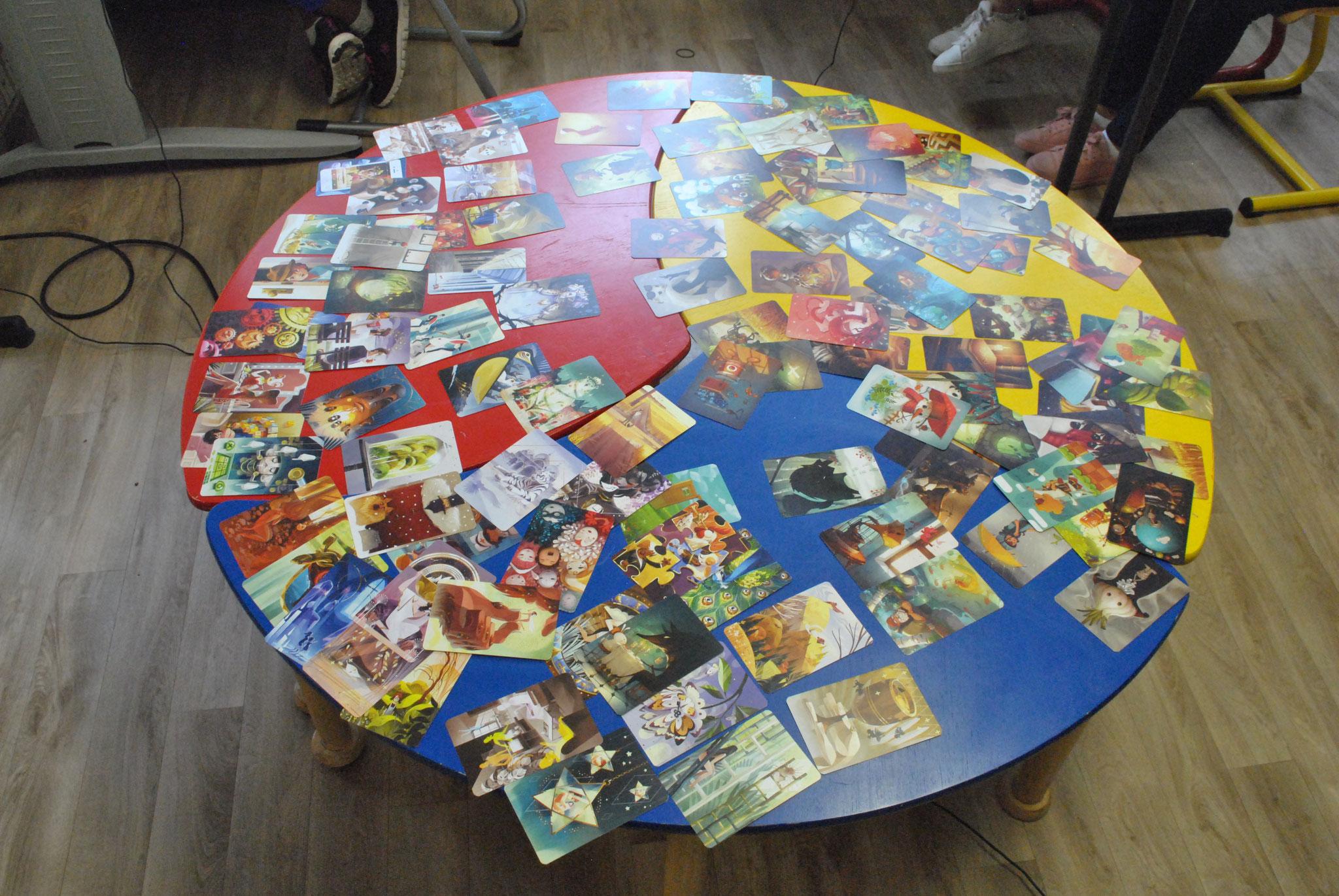 Une table pleines d'histoires en devenir