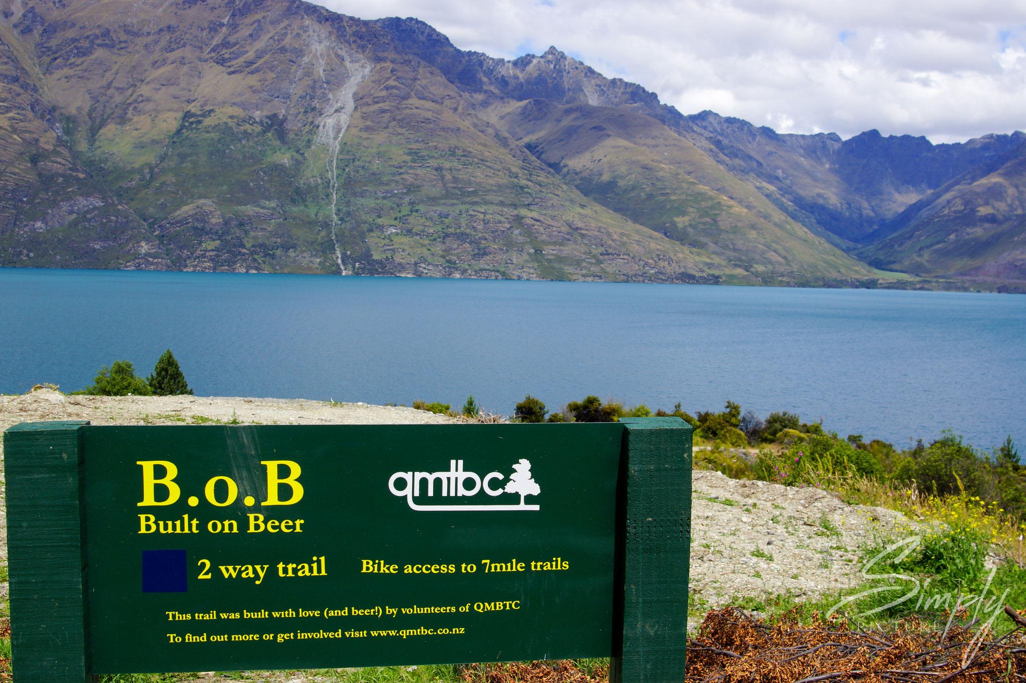 Queenstown, offizielles Schild der neuseeländischen Naturschutzbehörde zu einem Weg welcher für Wanderer und Biker erbaut wurde