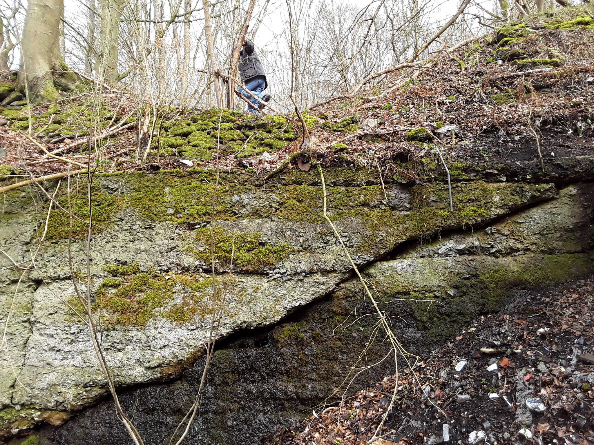 Am Ende des Ladegleises, ein starker Riss in der Stützmauer