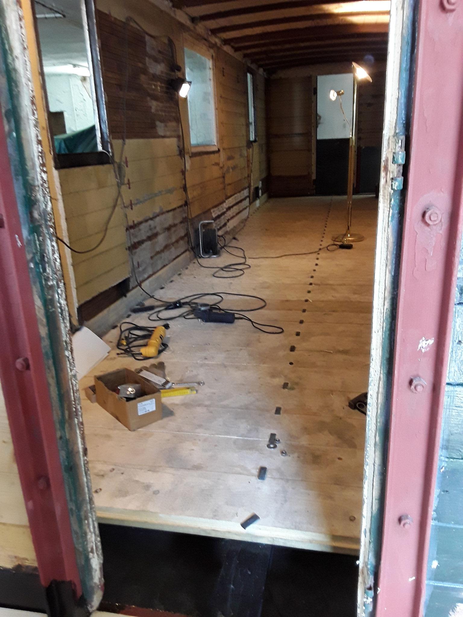 Der Boden ist fast fertig. Blick durch die Tür von der Bühne aus
