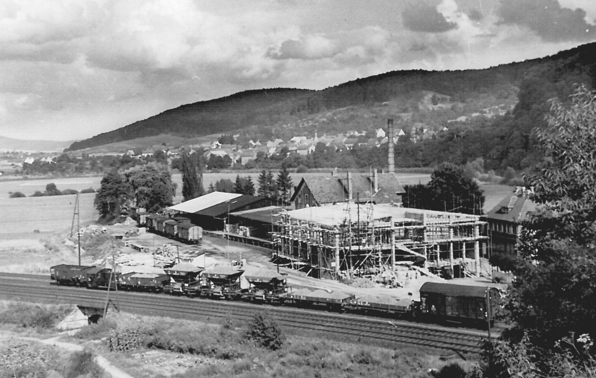 1955 wurde das neue Verwaltungsgebäude gebaut, Im Vordergrund ein typischer Bauzug     Foto:  Fa. Selters Minaeralquelle