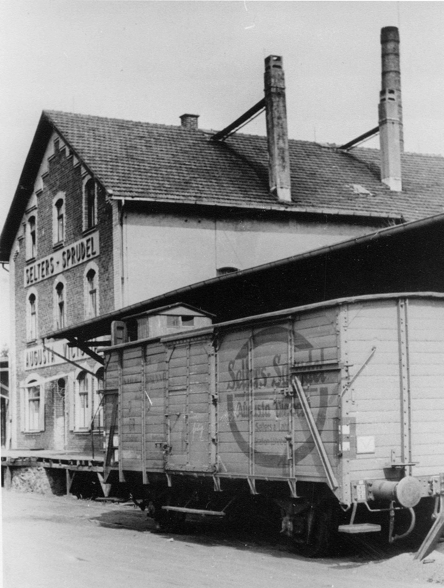 Eigen Wagen mit Firmenlogo gab es schon sehr früh         Foto:  Fa. Selters Minaeralquelle
