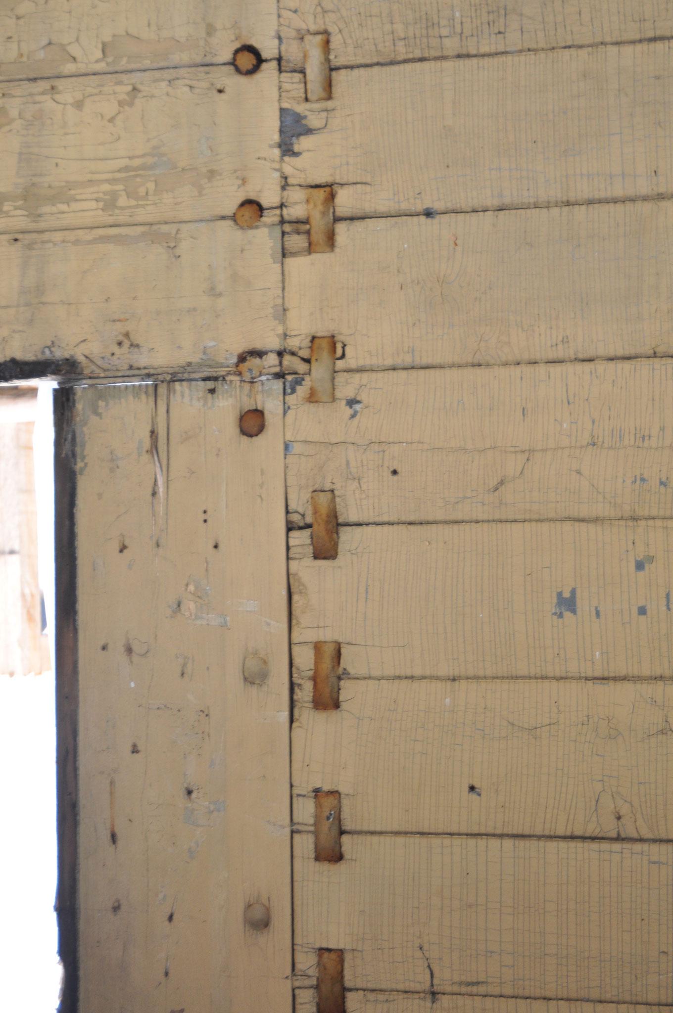 Detail: Klammerkopf- Schrauben halten immer 2 Bretter gemeinsam