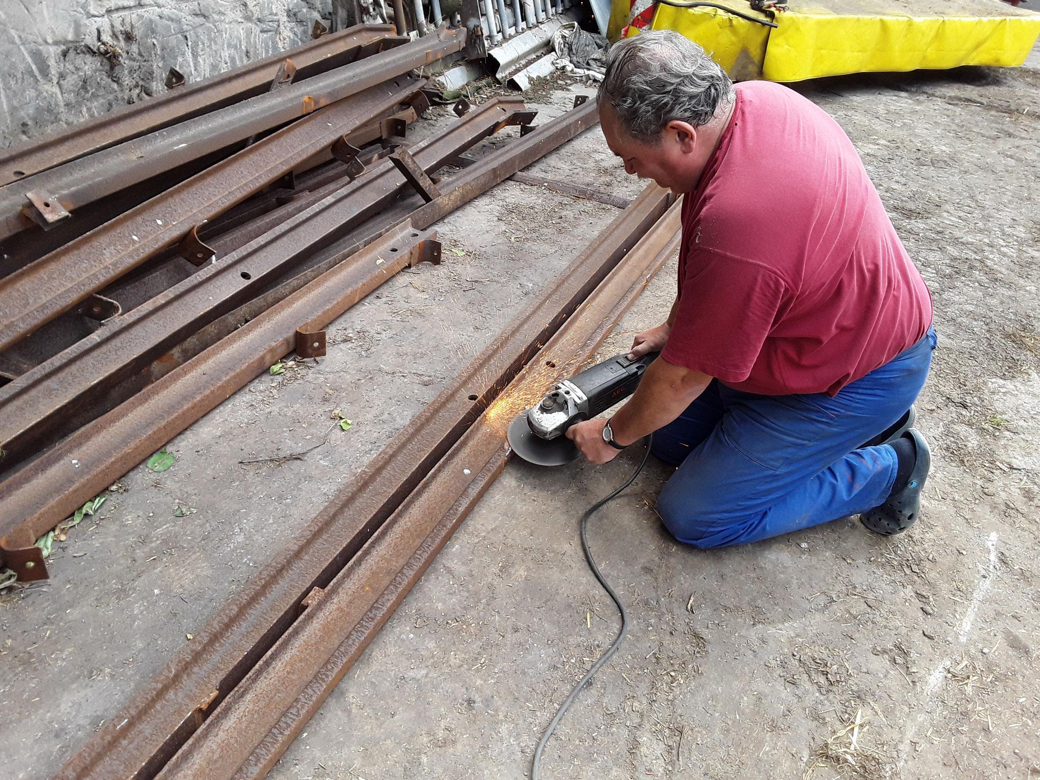 Angeschweißte Winkel und Verbinder mussten abgeschnitten und geschliffen werden