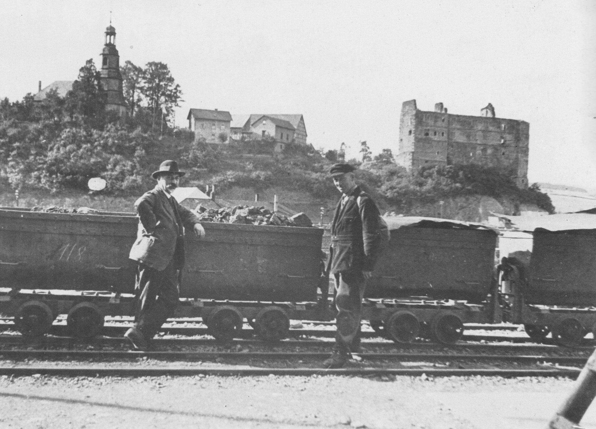 Im Bahnhof wurde aus den Feldbahnloren Eisenerz auf die Reichsbahn verladen, heute dient die modernisierte Rampe der Ton- Erde Verladung