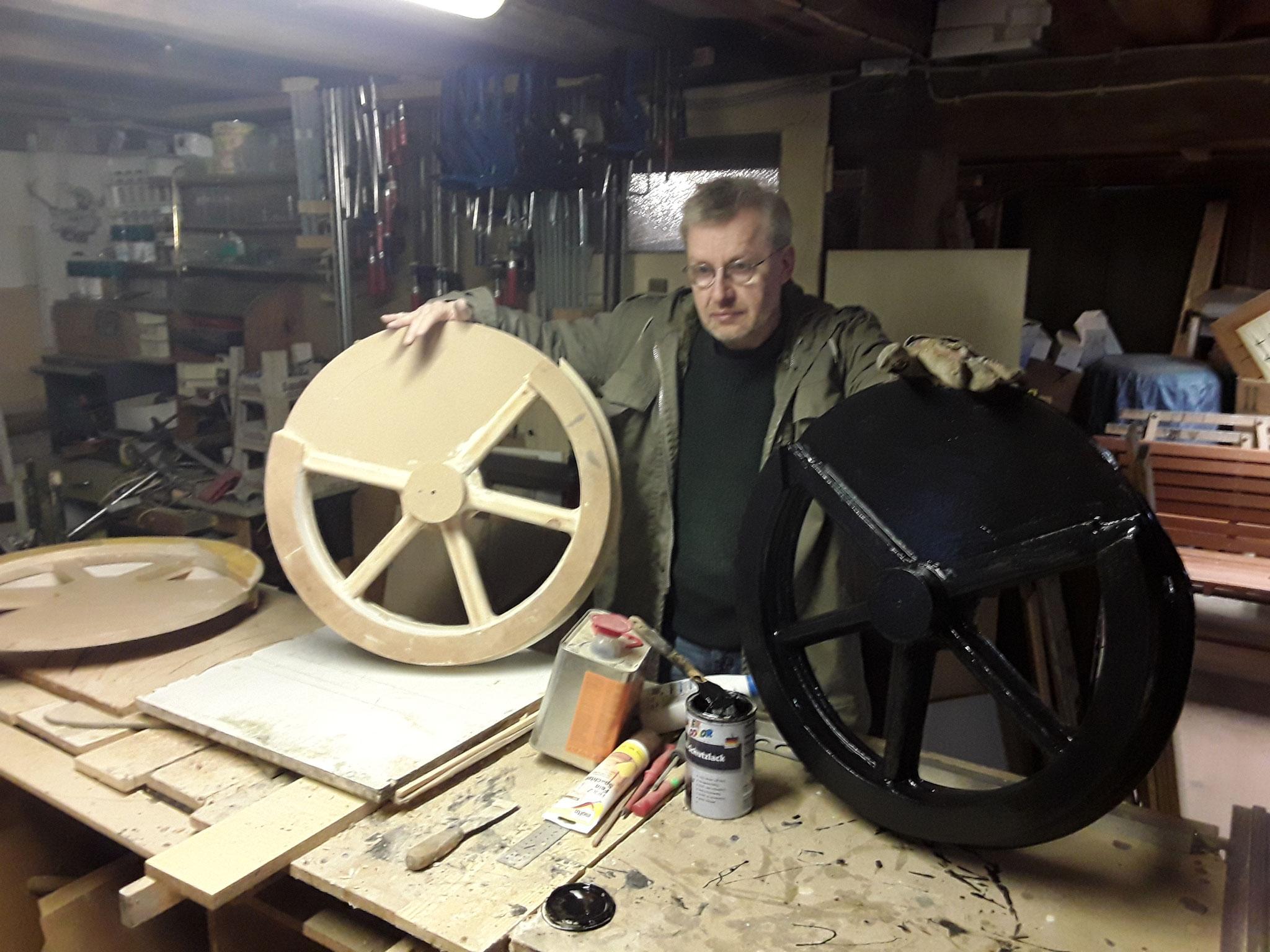Mit dem schwarzen Lack sieht keiner, das das Rad aus Holz ist