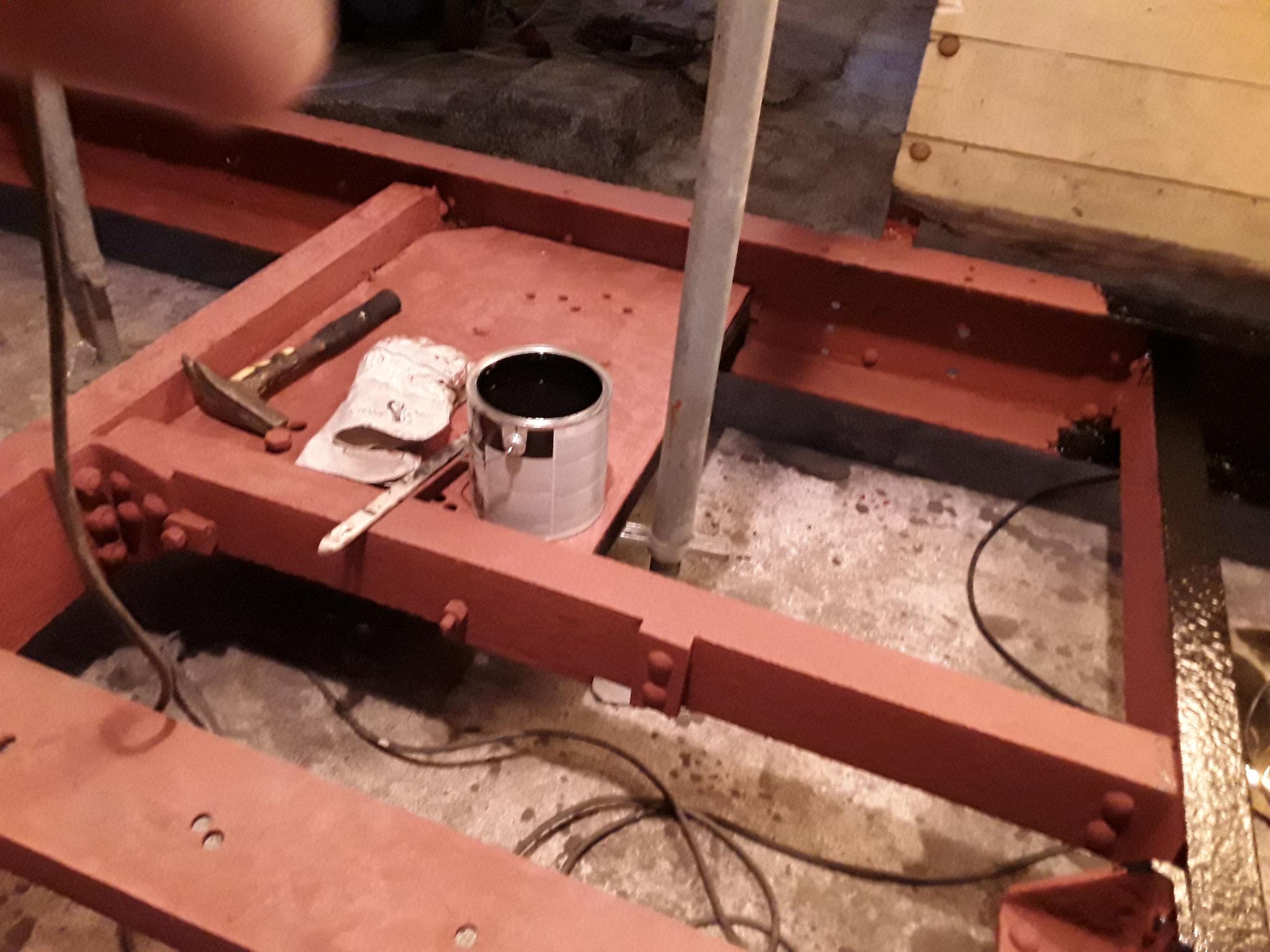 Im Untergestell die Tragplatte für die nachgerüstete Bremsausrüstung