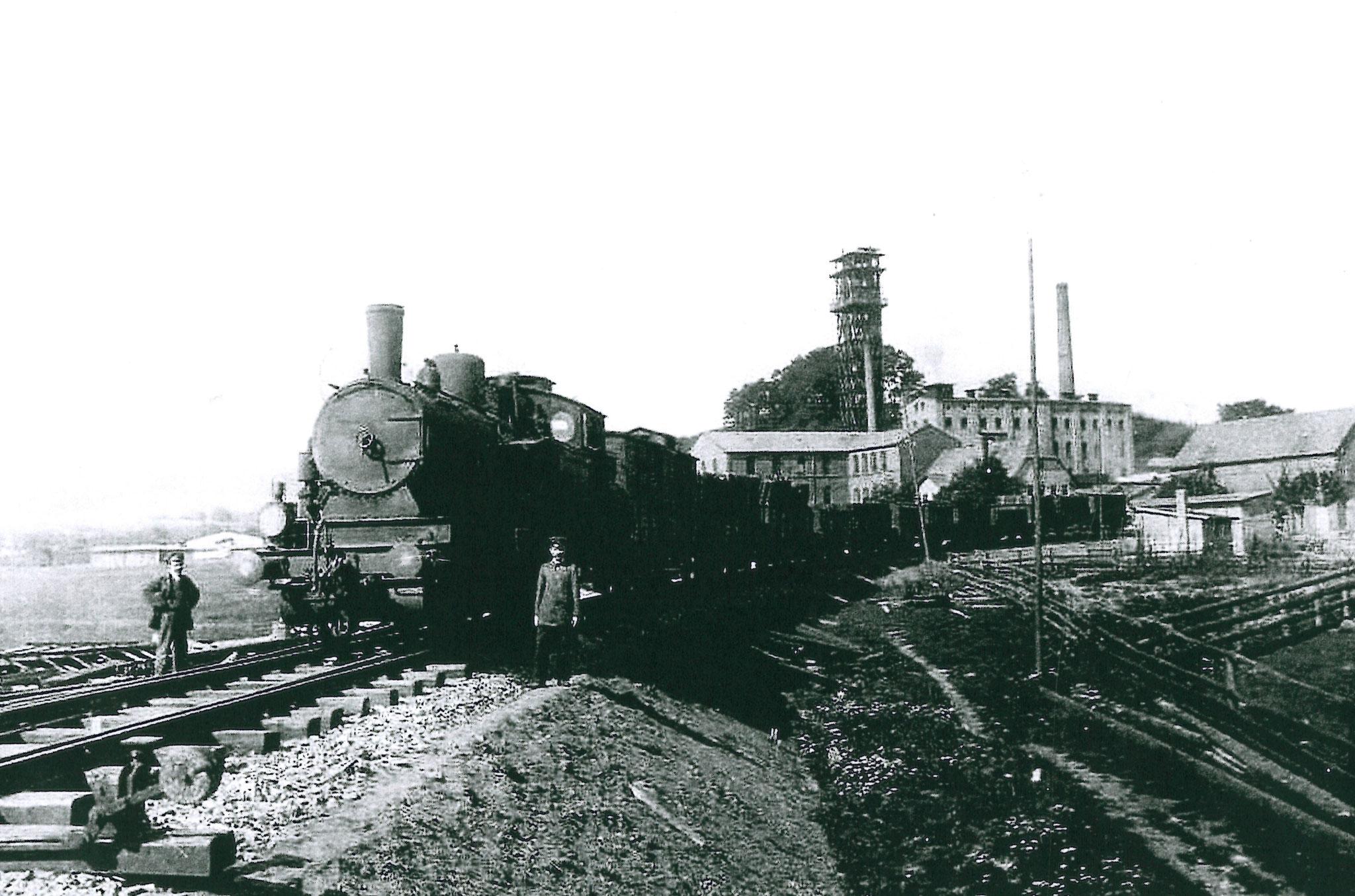 um 1900 rangiert eine Lok im Anschluss Eisenwerke Löhnberg        Foto: Gemeindearchiv Löhnberg