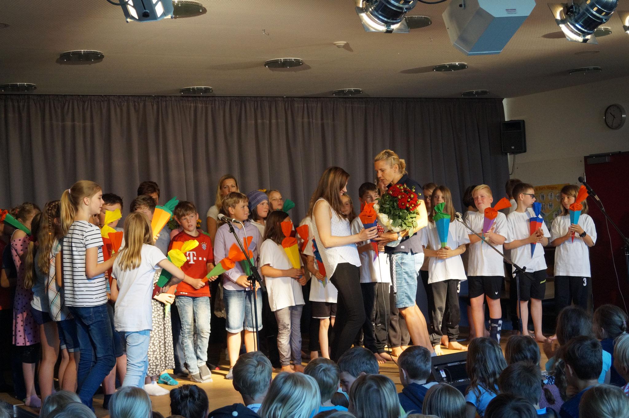 Die neue Schulleitung Frau Schwarz verabschiedet die scheidende Rektorin Frau Tönsing