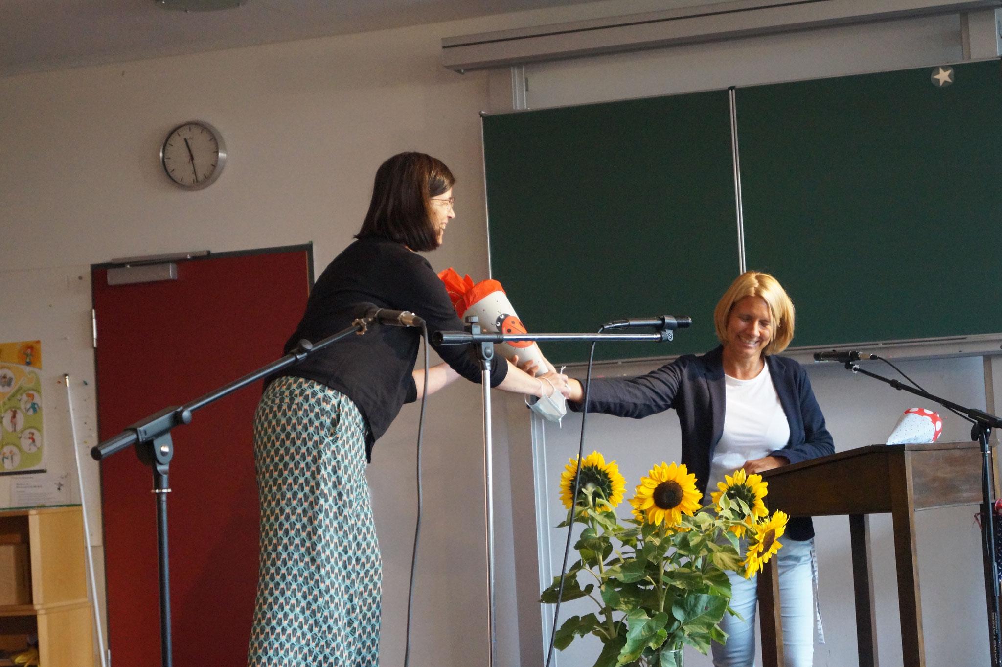 Frau Müller bekommt auch eine Schultüte