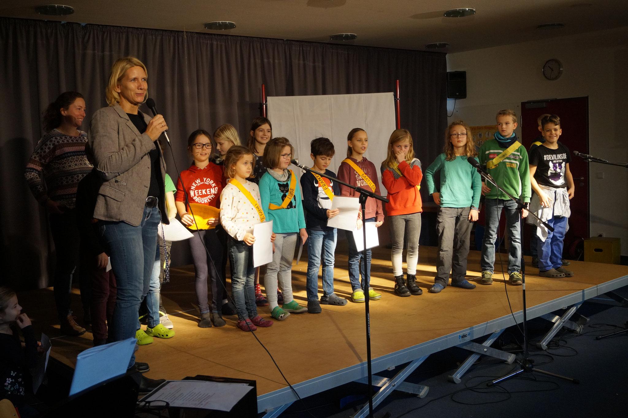 Frau Schwarz dankt Frau Ertl für ihre Arbeit.