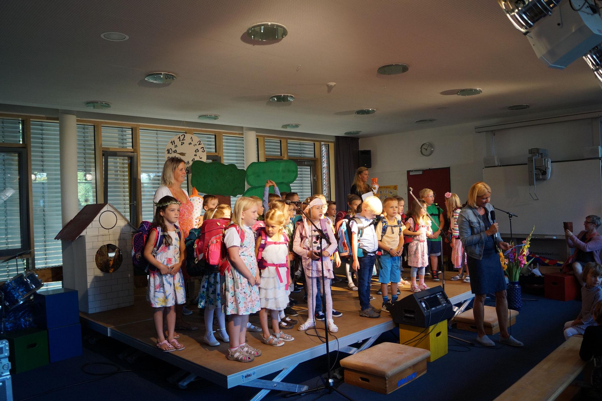 Alle Neuen kommen auf die Bühne und gehen in ihre Klassen.