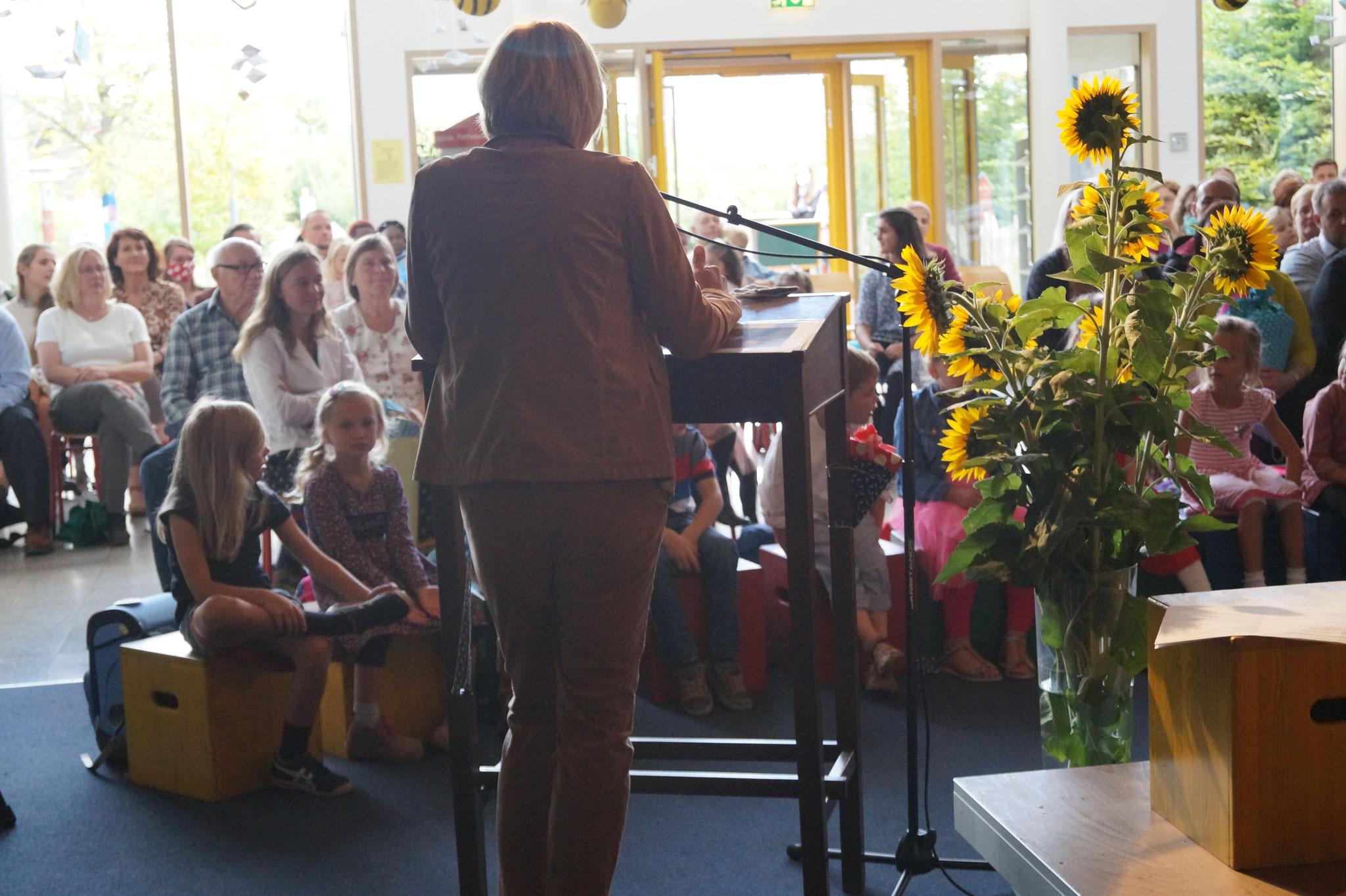 Frau Schwarz spricht zur Schulgemeinde.
