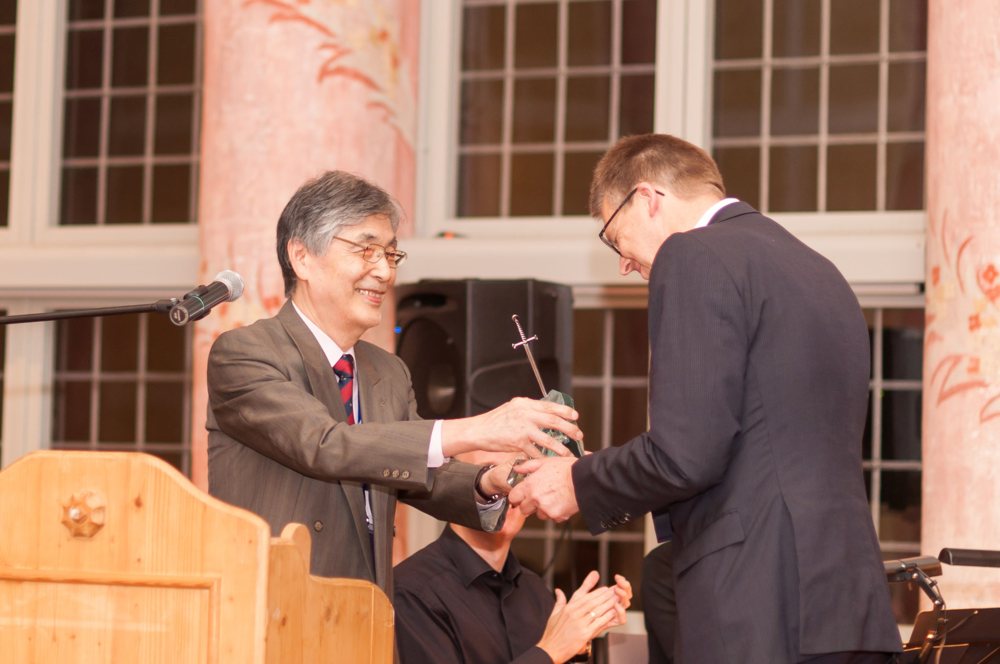 """Old"" knight and ""new"" knight: Prof. Frank Vollertsen receives a knighthood from Prof. Isamu Miyamoto and is an honorable ""Knight of Laser Technology"" from now on."
