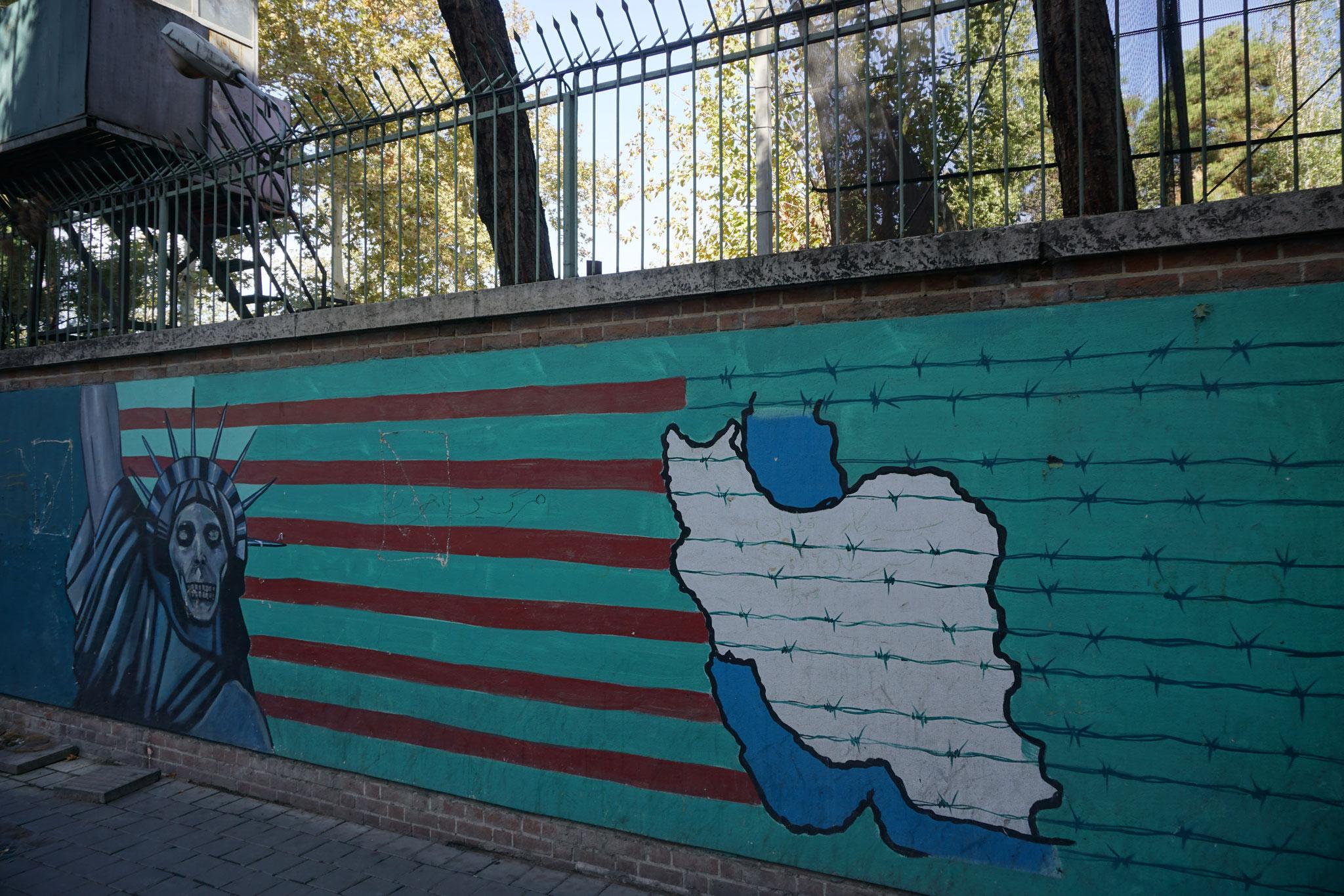 Muurschildering bij de 'former' Amerikaanse ambassade in Teheran
