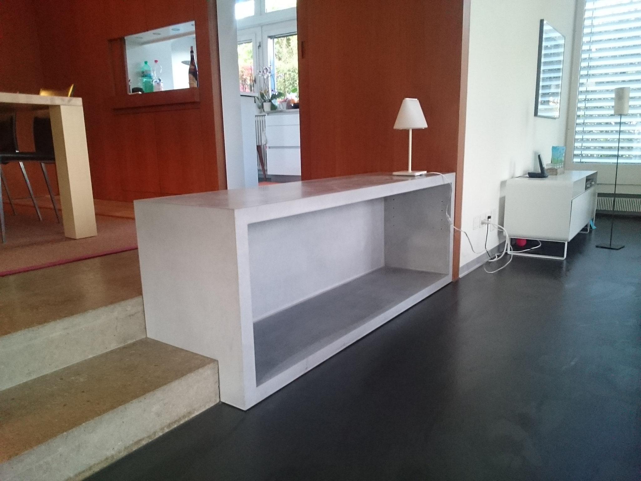 Beton Sitztrog-Regal