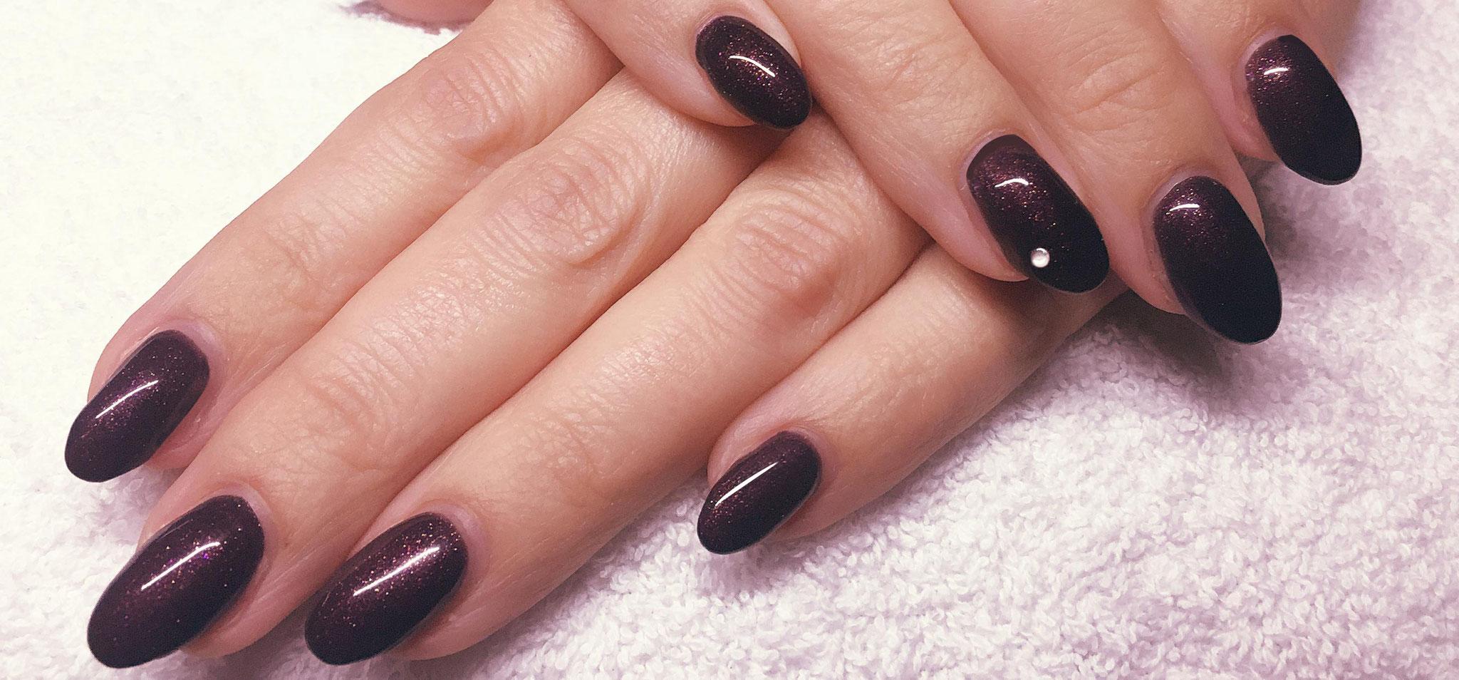 Gel nagels - Aubergine met strassteentje op de rechter ringvinger