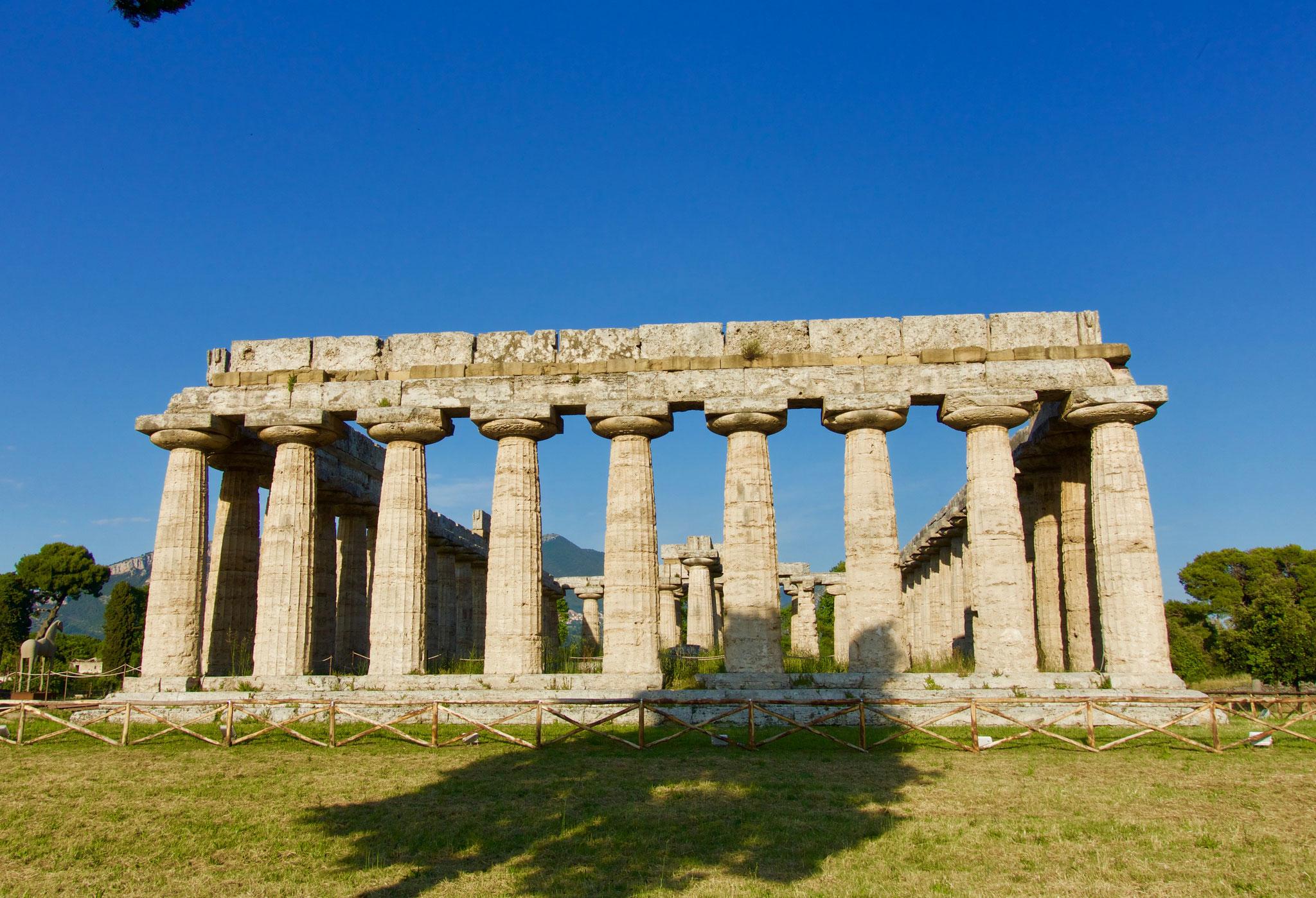 パエストゥム(カンパニア州)にも残るヘラ神殿。美しさで名高かったヘラを思い起こさせるエンタシスが強調されたドーリア式の柱。