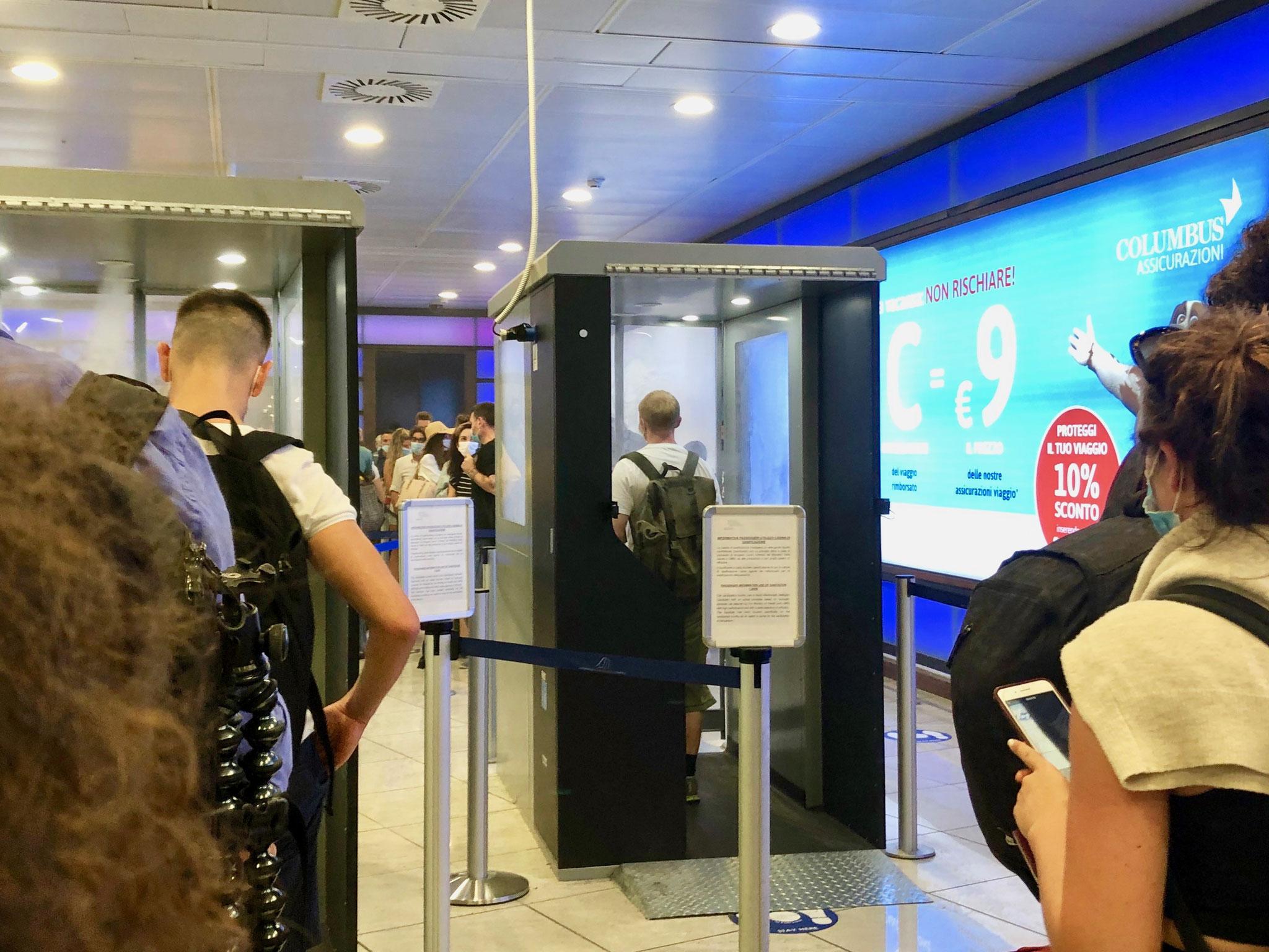 ナポリ空港だけでみかけたウォークイン式の消毒ブース