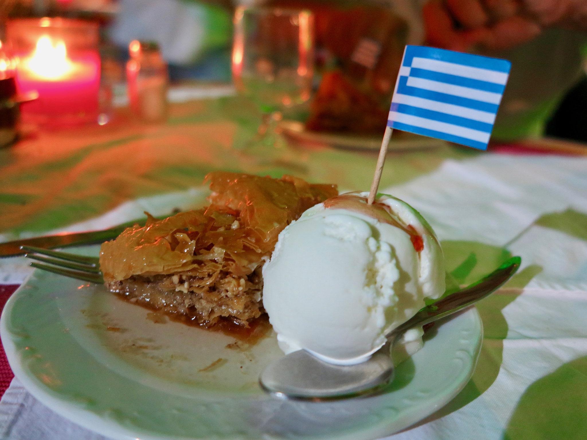 ナッツやはちみつがたっぷり使用されているお菓子。トルコやシリアなどのデザートに似ている。
