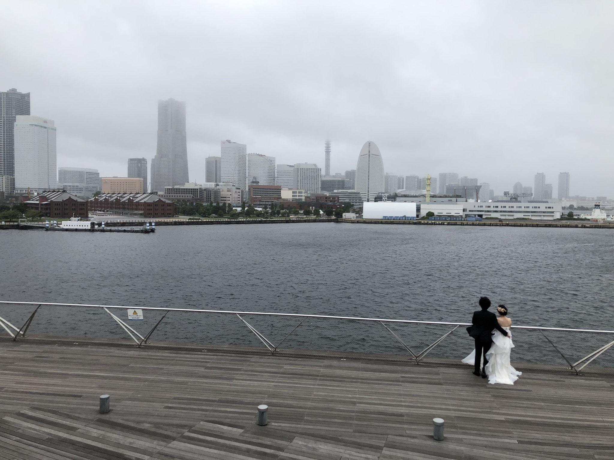 横浜で婚姻写真撮影中のカップル。2021年に結婚式を延期する人がイタリアには多いが、日本は?