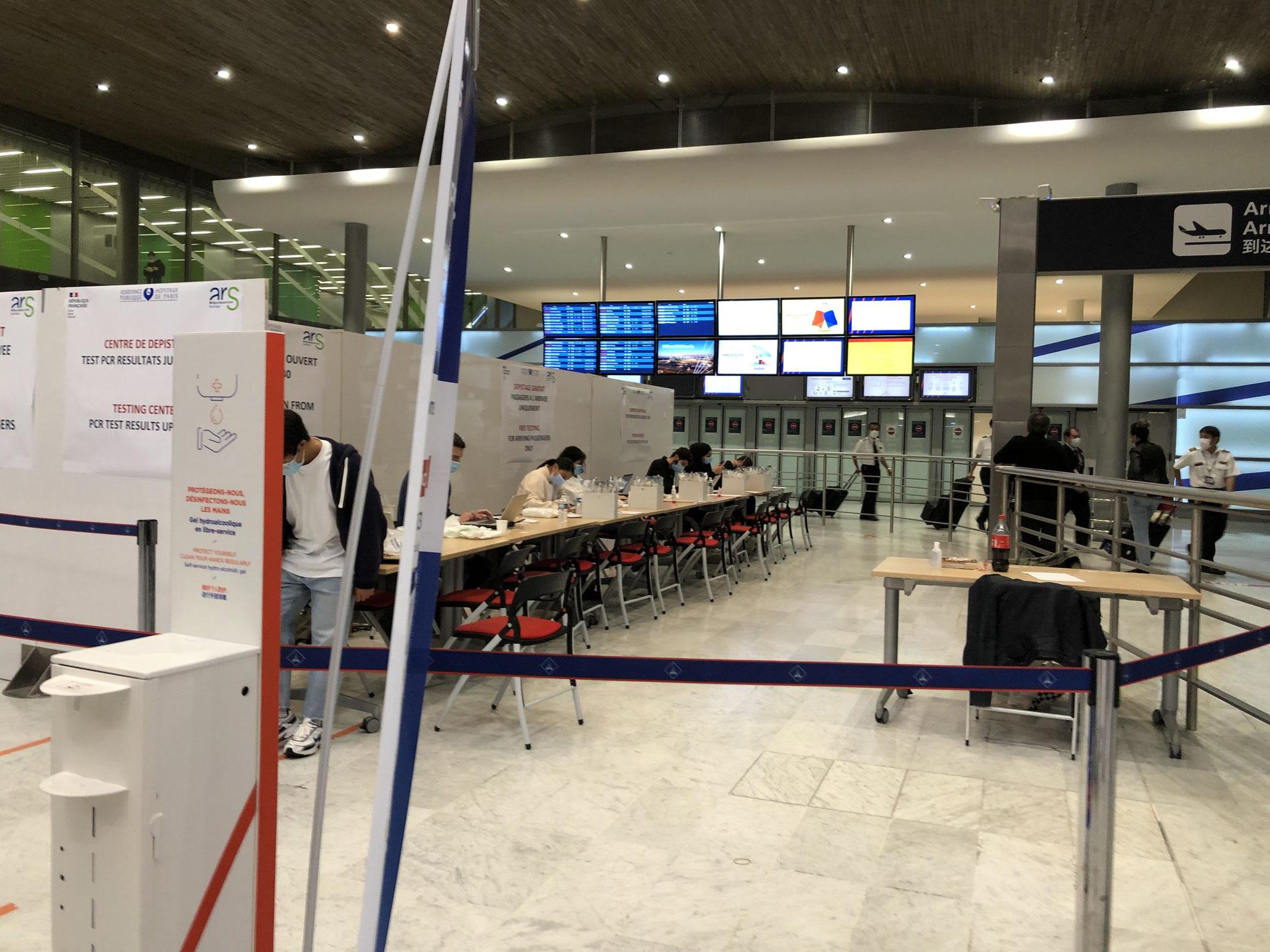 シャルル・ド・ゴール空港到着ホールで行われていたPCR検査。プライバシーの仕切りなどもなく、検査官も防護服を着ていない。