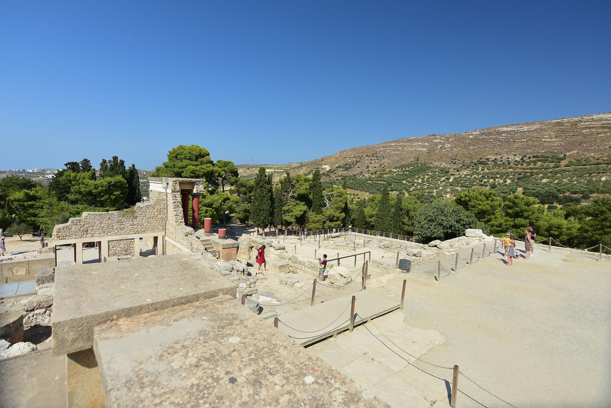 70000人も住人がいたとされる広大な宮殿敷地内は町のような構造