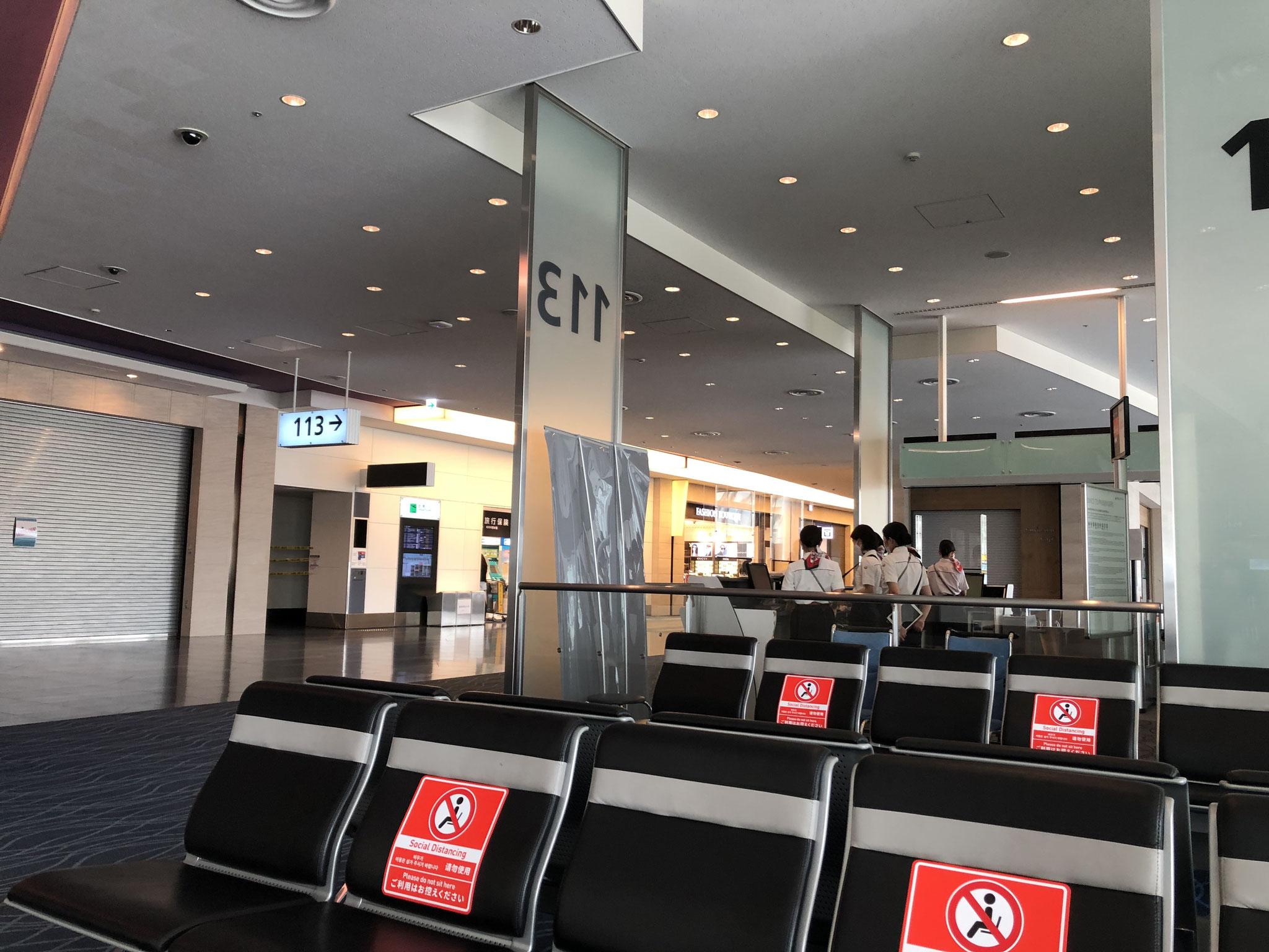 誰もいないパリ行きの羽田空港国際線ターミナルの搭乗口