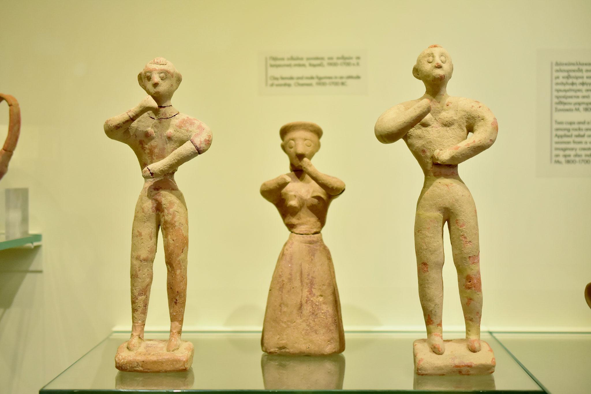 両手を挙げていたり、踊っているようなポーズが不思議な像(イラクリオン古代博物館貯蔵物)
