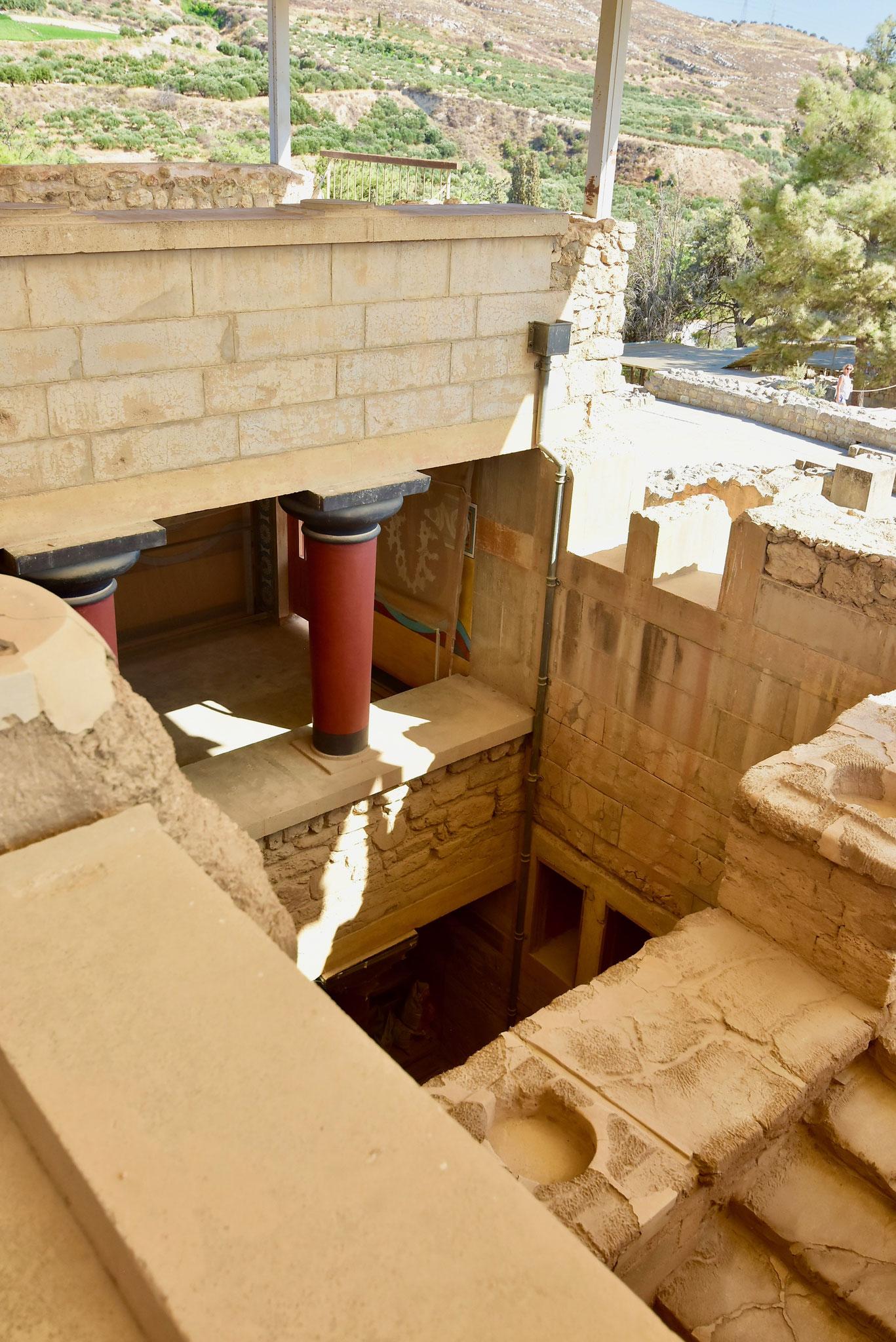 4〜5層の部分も残るクノッソス宮殿。ダイタロスが翼をつけて逃げたという吹き抜けの中庭はどれだろうと想像してみる