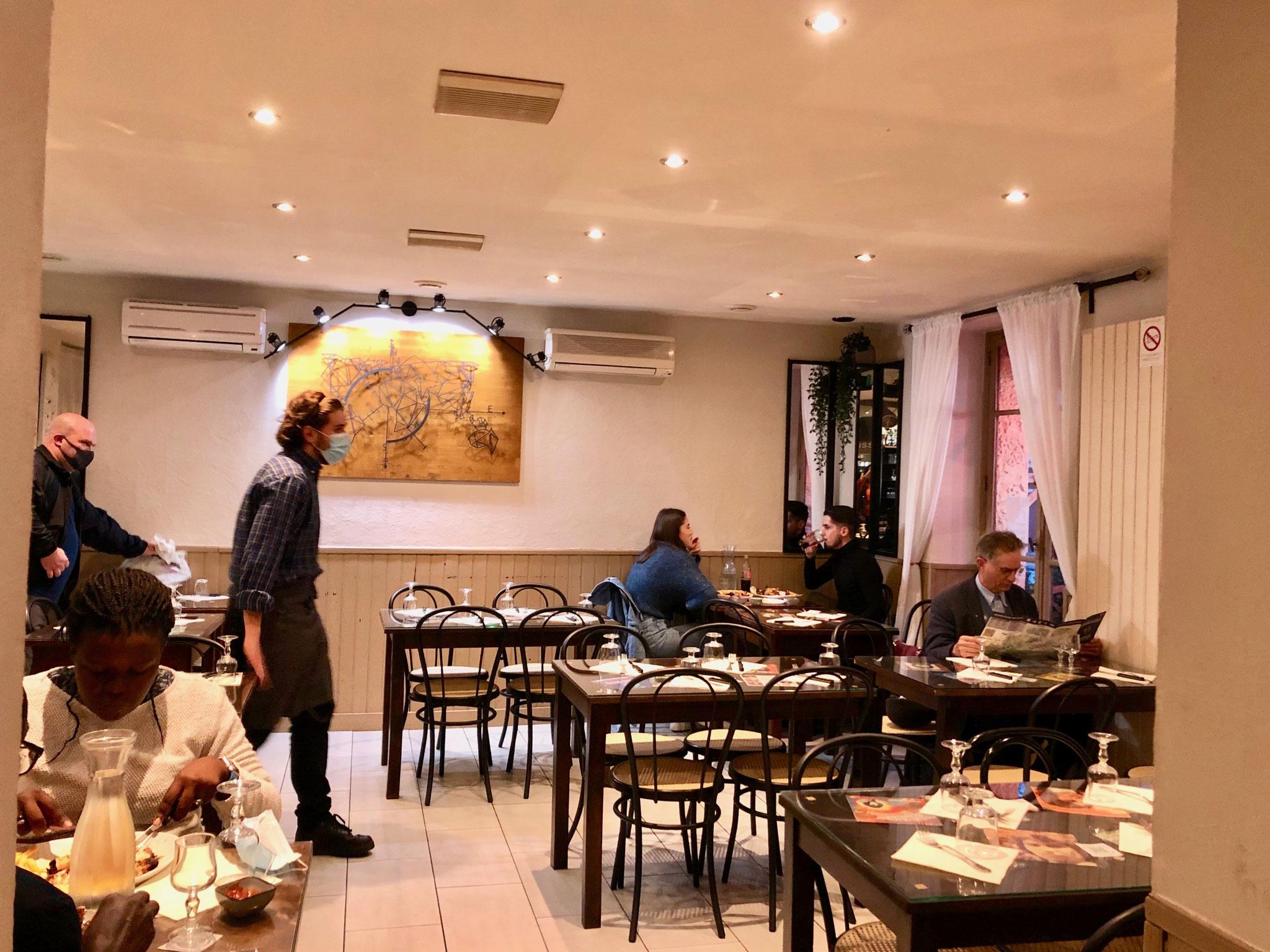 シャルル・ド・ゴール空港近くのホテル街だが、宿泊客がいないため、どのレストランも休業中。ようやく見つけたのはガレットの店1軒のみ