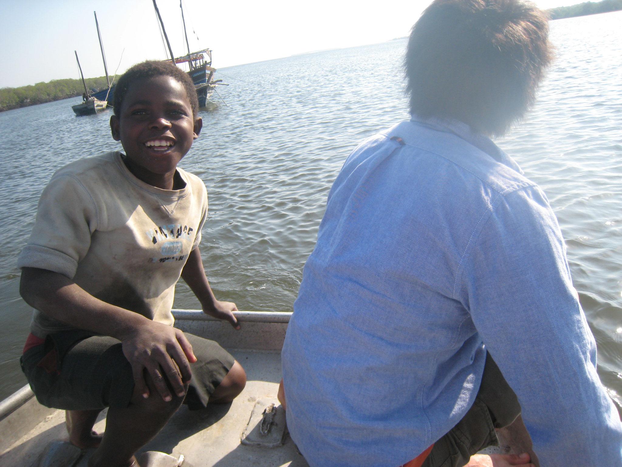 モザンビーク|係留中の船へボートで移動