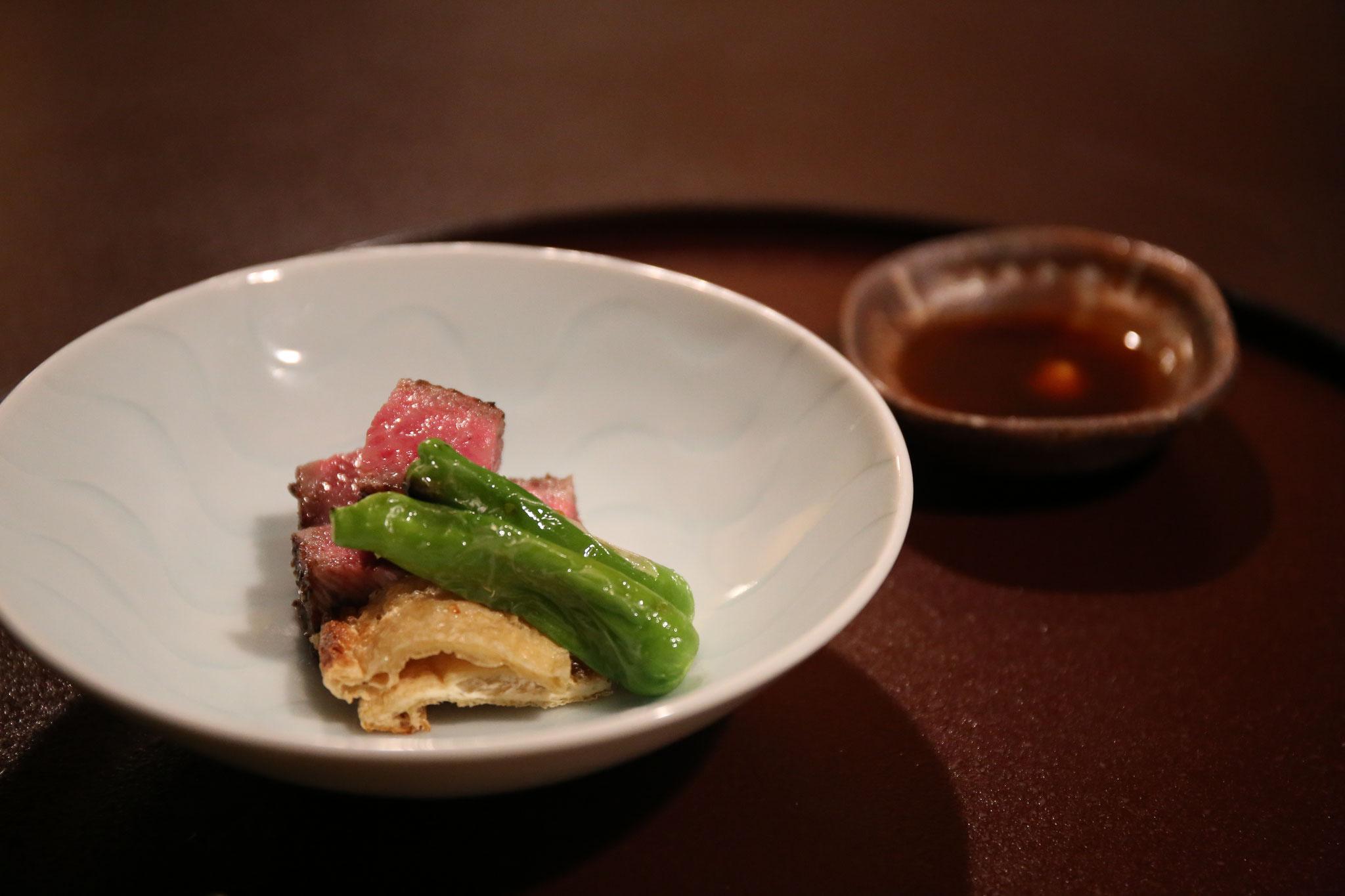 安城牛のステーキ。じんわり出て来る脂の旨味とカリッと焼かれた油揚げ。相性最高。