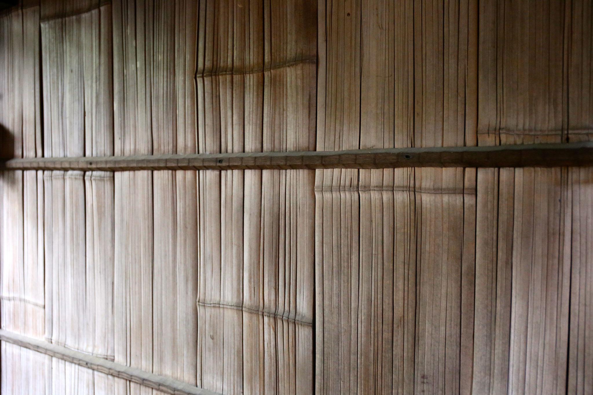 竹を割って平面にした垣根