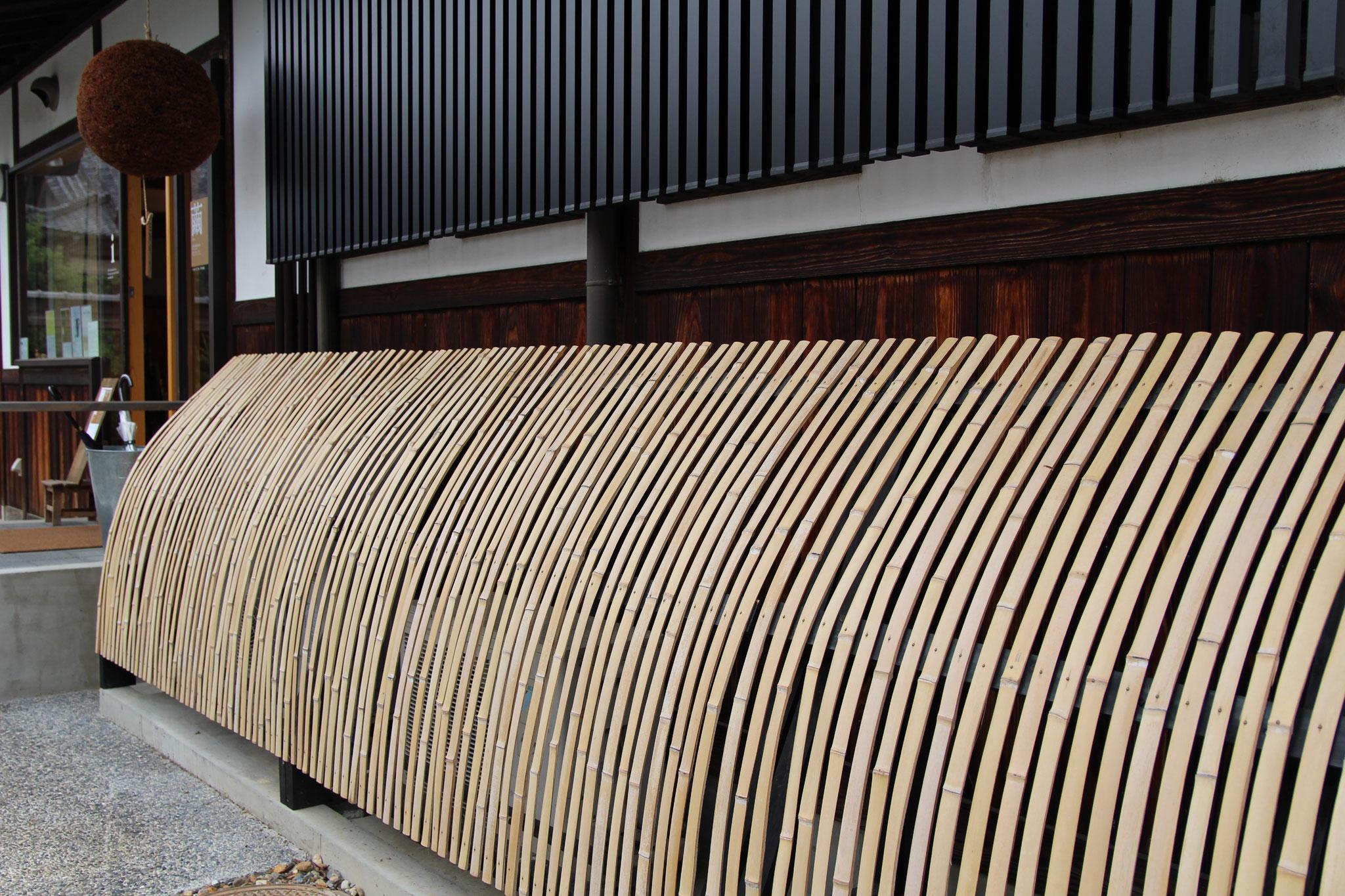 竹で目隠しされた室外機