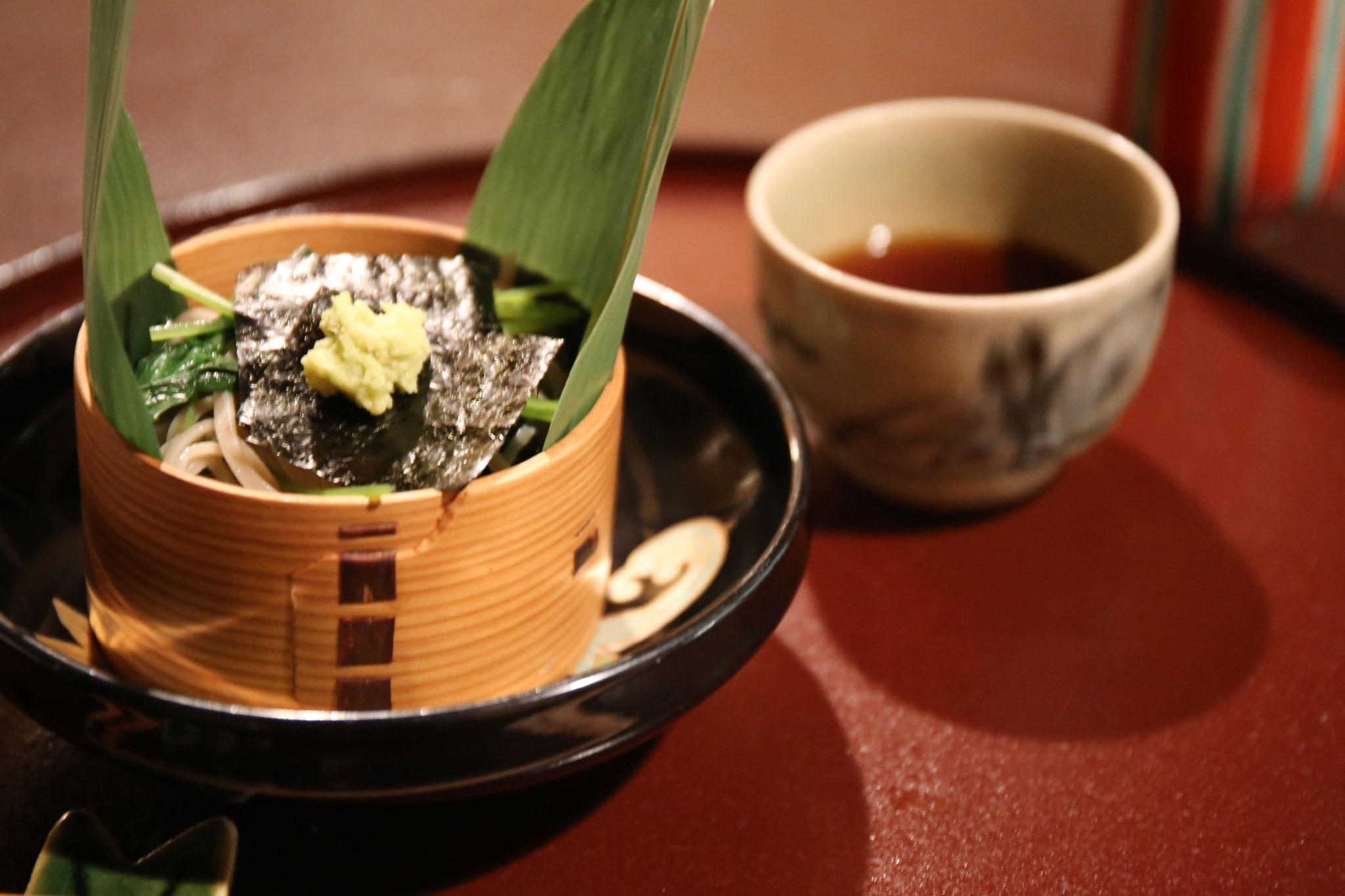 手打ちそば。せいろの下には平茶碗✨✨つゆは湯呑に。多様な使い方に感動。