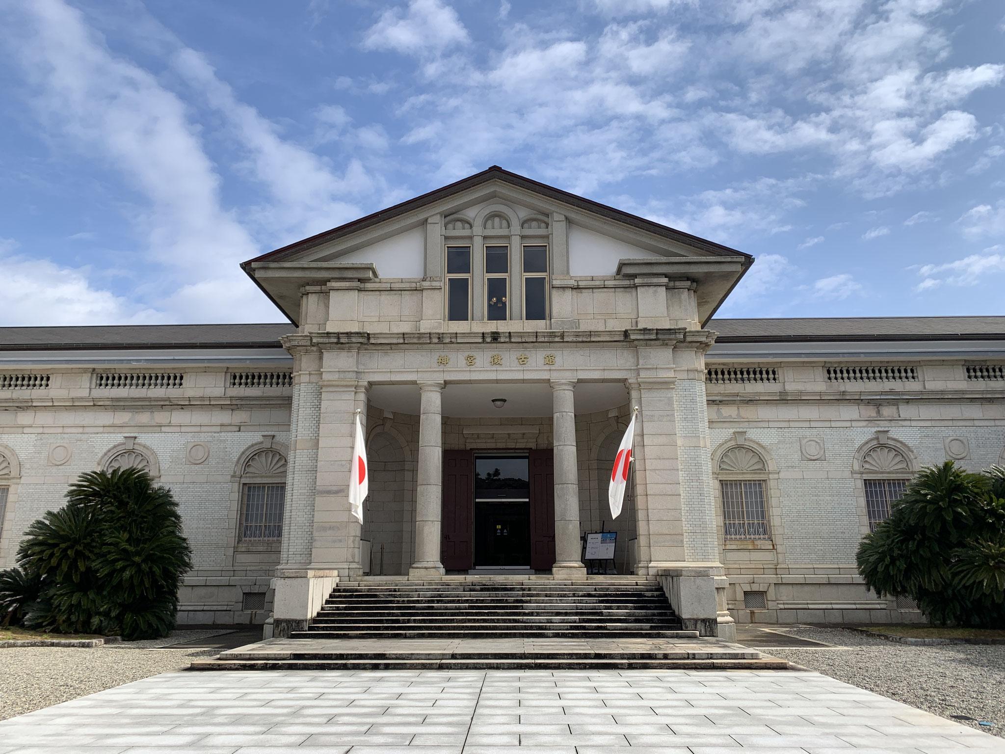 神宮徴古館。式年遷宮で撤下された御装束神宝など展示されています