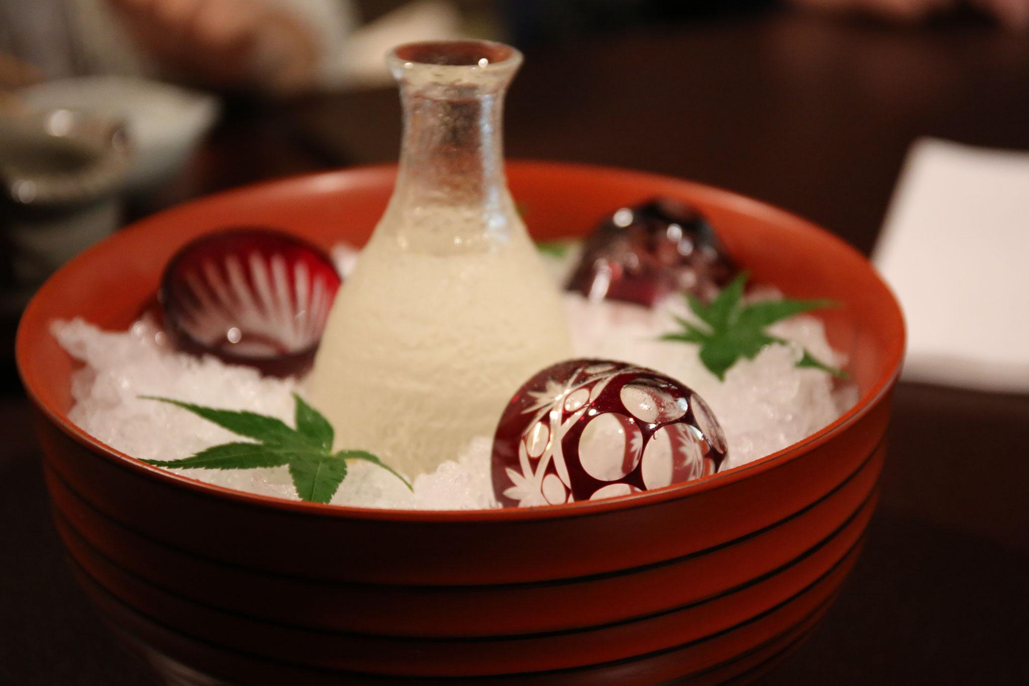 夫は日本酒。江戸切子を人数分ご用意して下さいました。