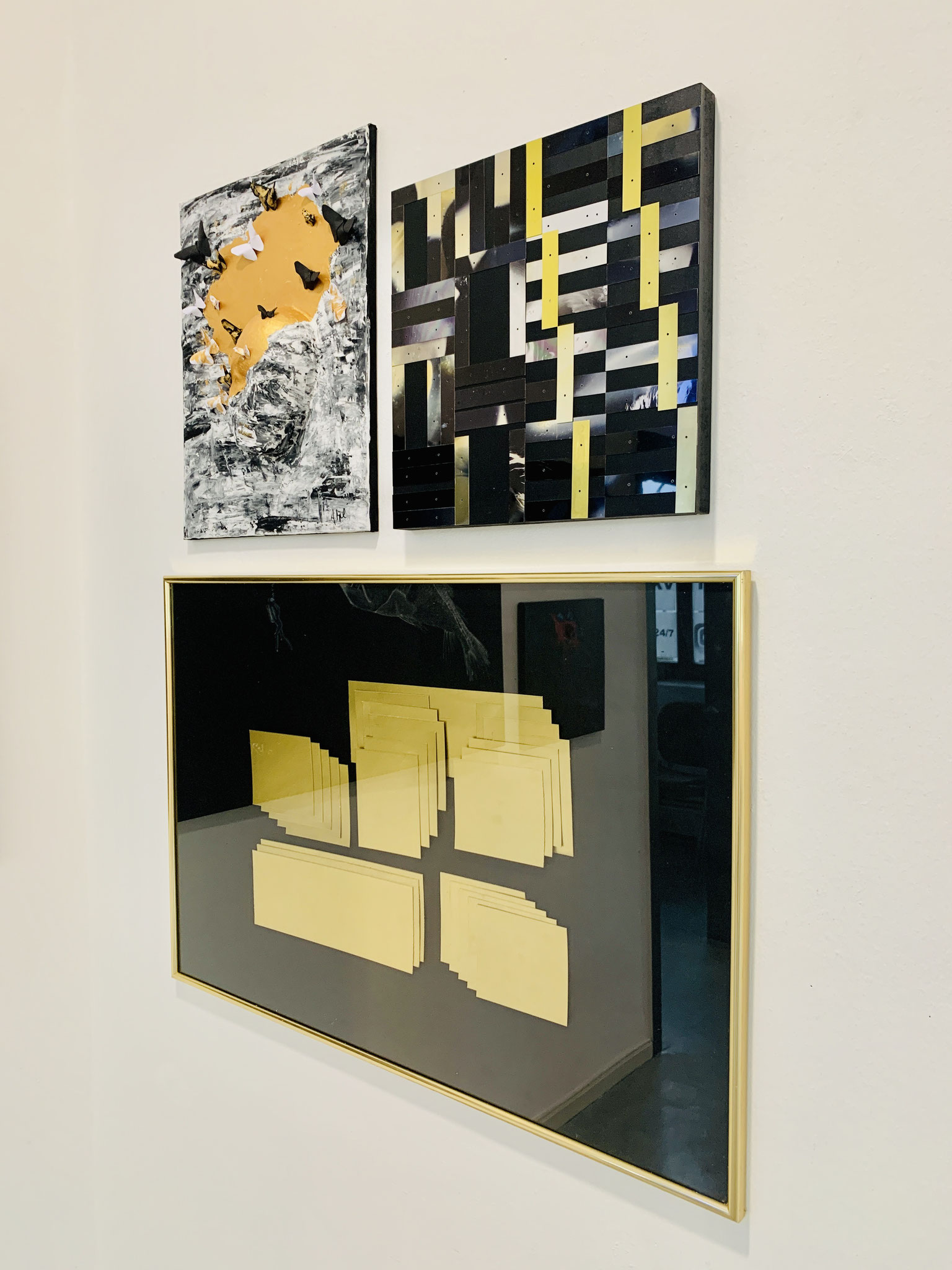 "o.l.: Anna Happel (Augustinerschule, 9. Klasse), YOU ARE GOLDEN; o.r.:Rosemarie Alder, ""factory-art"" (in Zusammenarbeit mit Fawad Khawar), Acceptance of the dark side, Collage aus Metallplättchen auf Holz, 2020; unten: Rosemarie Alder, ""factory-art"""
