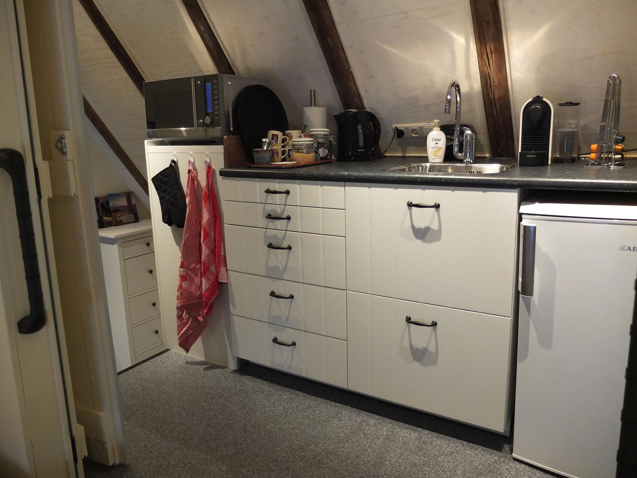 Keukentje met koelkast, waterkoker, koffiezetter en combimagnetron