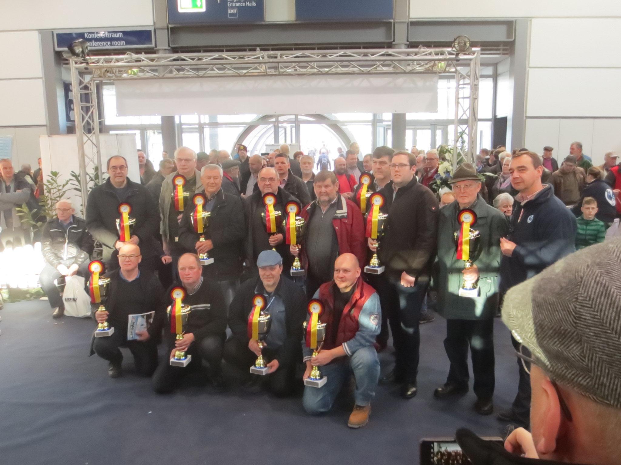 Die Erringer des Titels Deutsche Champions der Rassetaubenzucht 2017 mit Walter Baumann und dem VDT-Vorsitzenden Götz Ziaja.