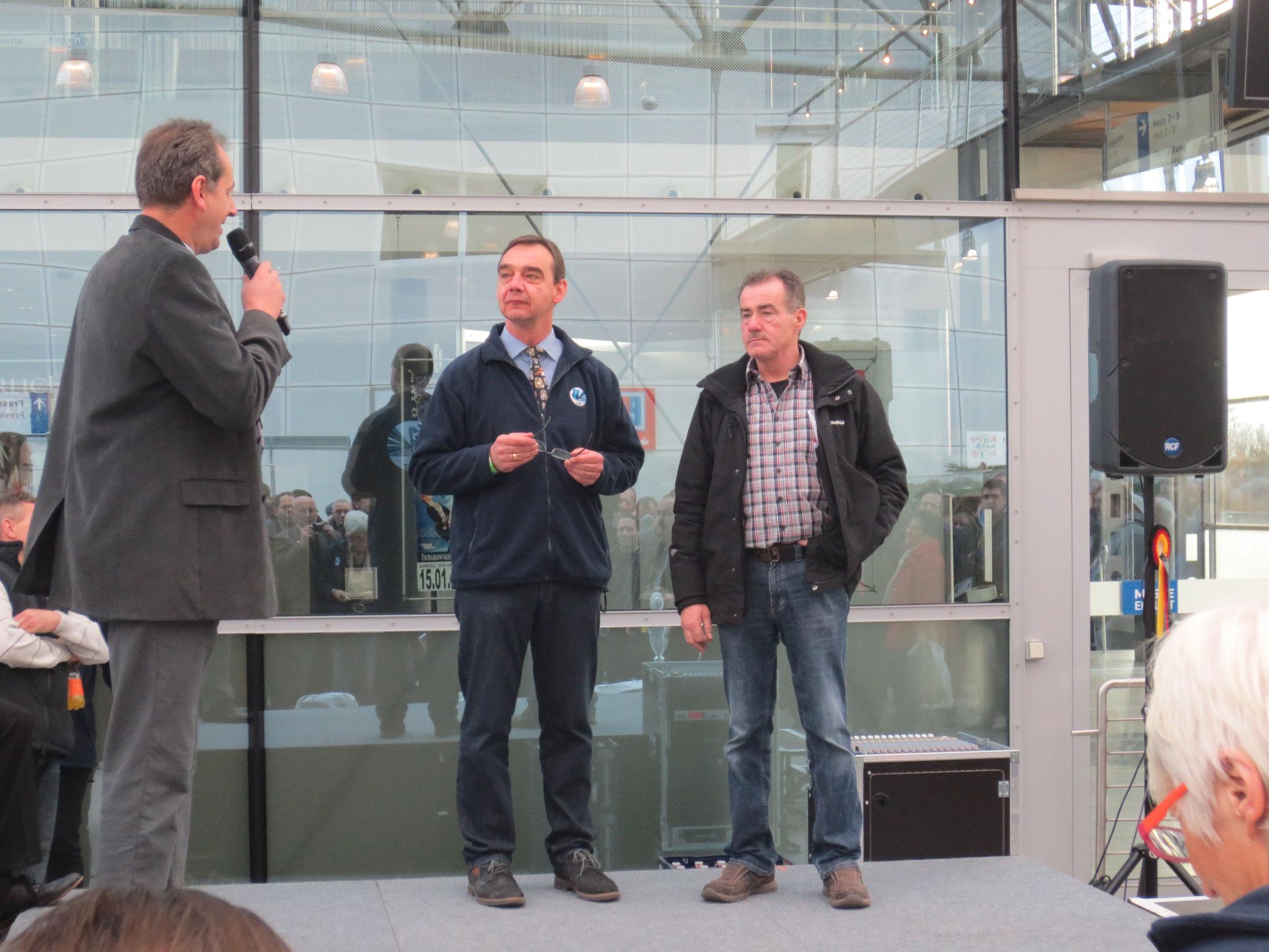 Bernd Rathert bedankt sich beim neuen VDT Vorsitzenden Götz Ziaja und Ausstellungsleiter Holger Kaps, für die Durchführung der VDT-Schau 2016