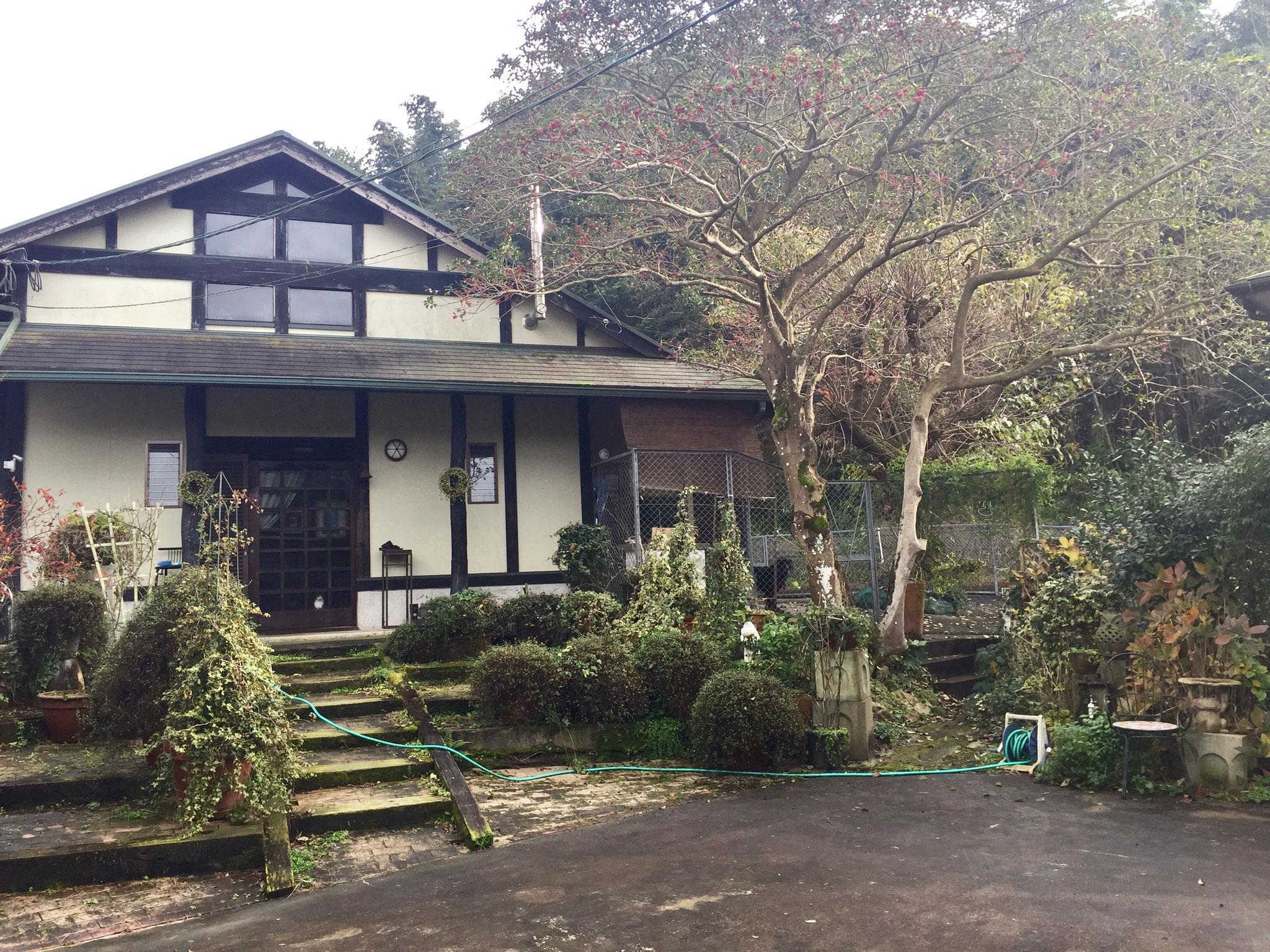 ペットと泊まれるお家と同じ敷地内に、オーナーの自宅はあります。