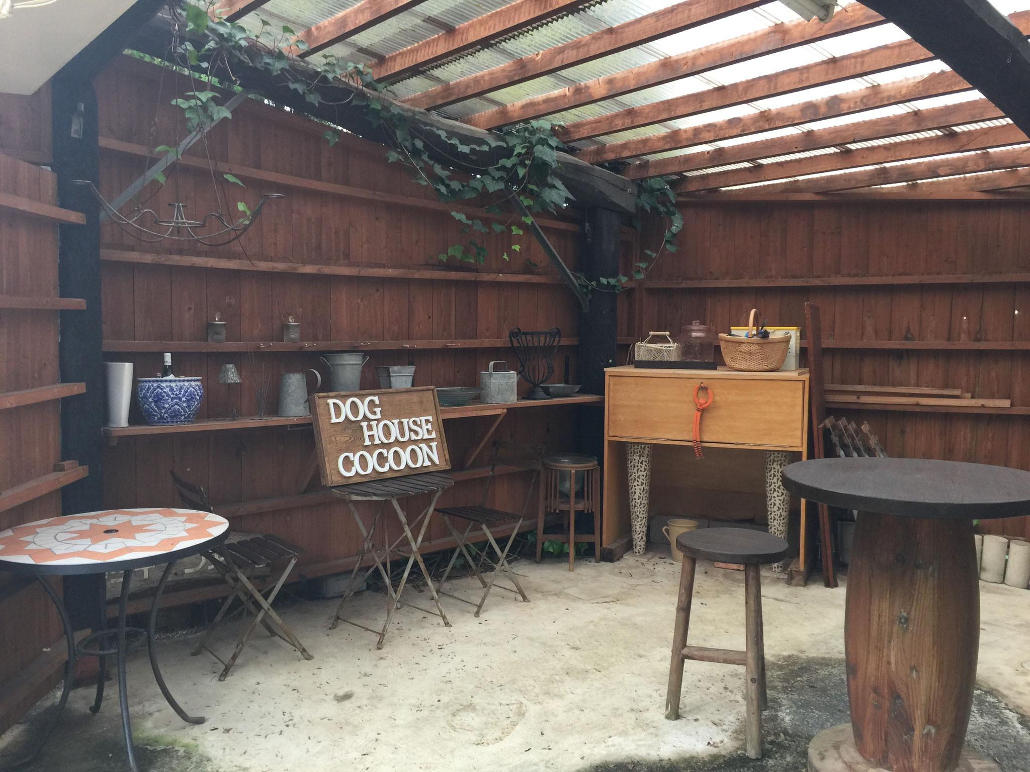 カフェ風の憩いの場です。前庭でのひと時に…。