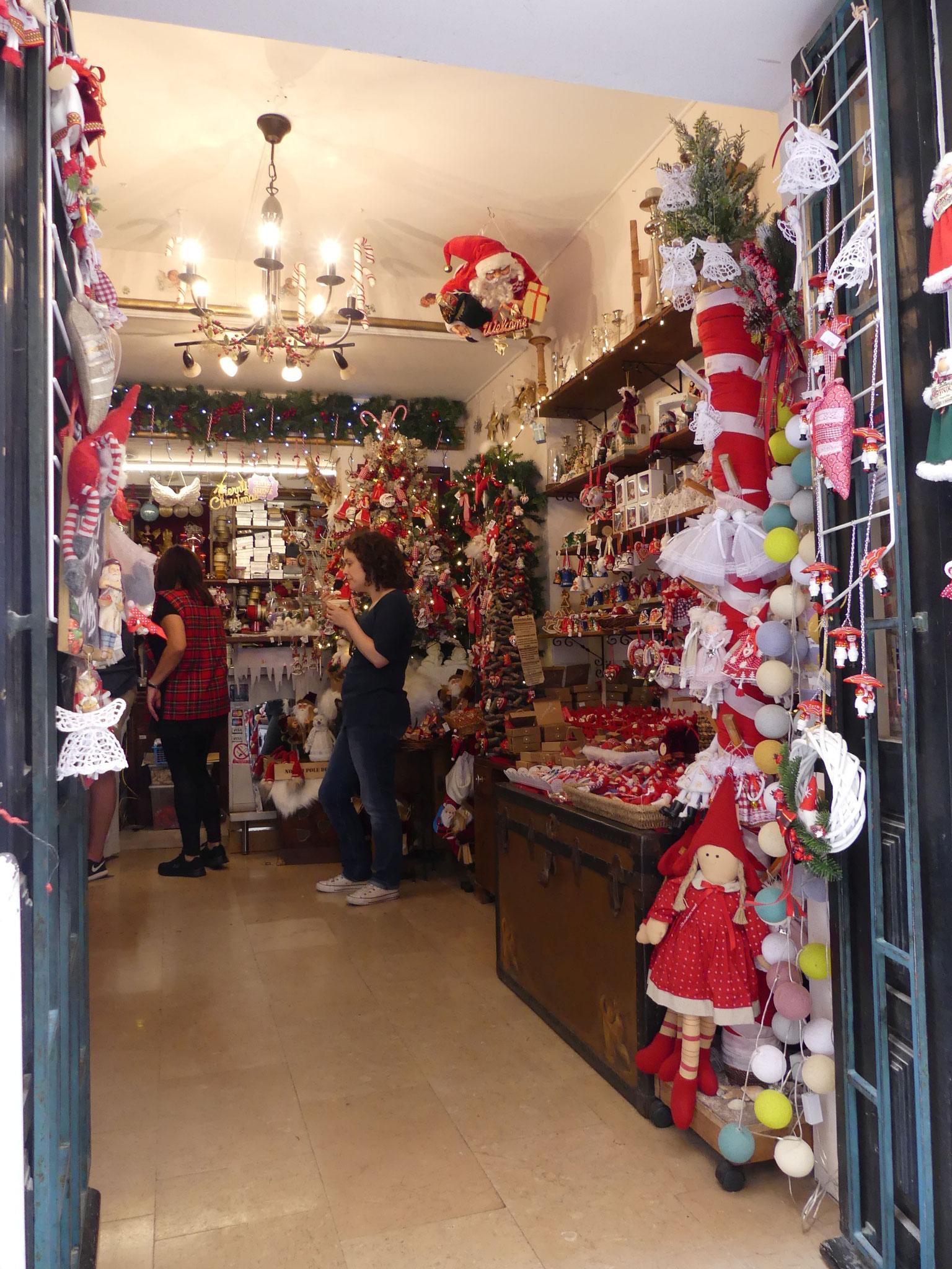 Und in all dem Gewusel und Gewimmel glaubst Du plötzlich, Du phantasierst oder träumst .... ein Weihnachtsshop!