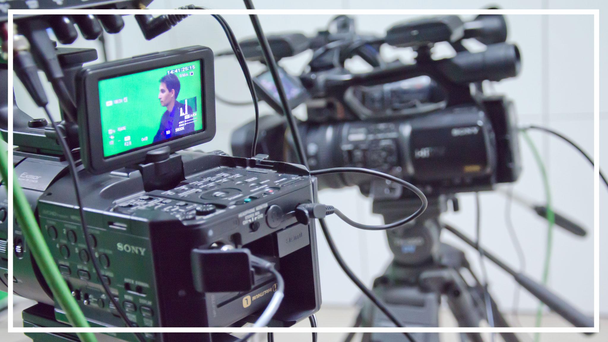 Wir drehen mit zwei Kameras und auf Wunsch mit Teleprompter.