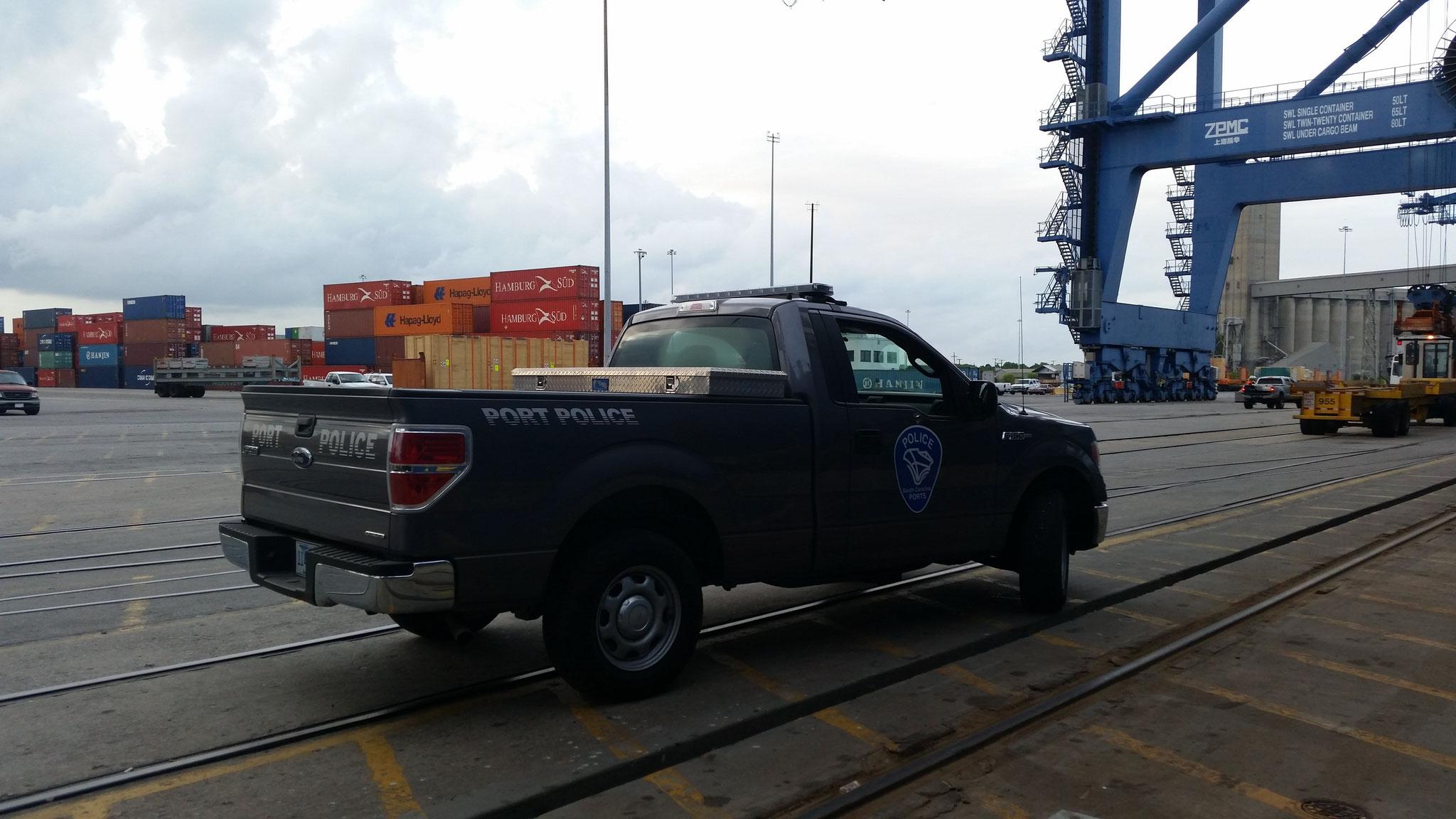 kaum waren wir von Bord und warteten auf unser Taxi, kam auch schon die Port Police mit Blaulicht angesaust. Wir hatten keinen Helm auf. Hmmm...also ich bezweifle, dass wenn ein Container rutnerfallen sollte, ein Helm das Leben rettet