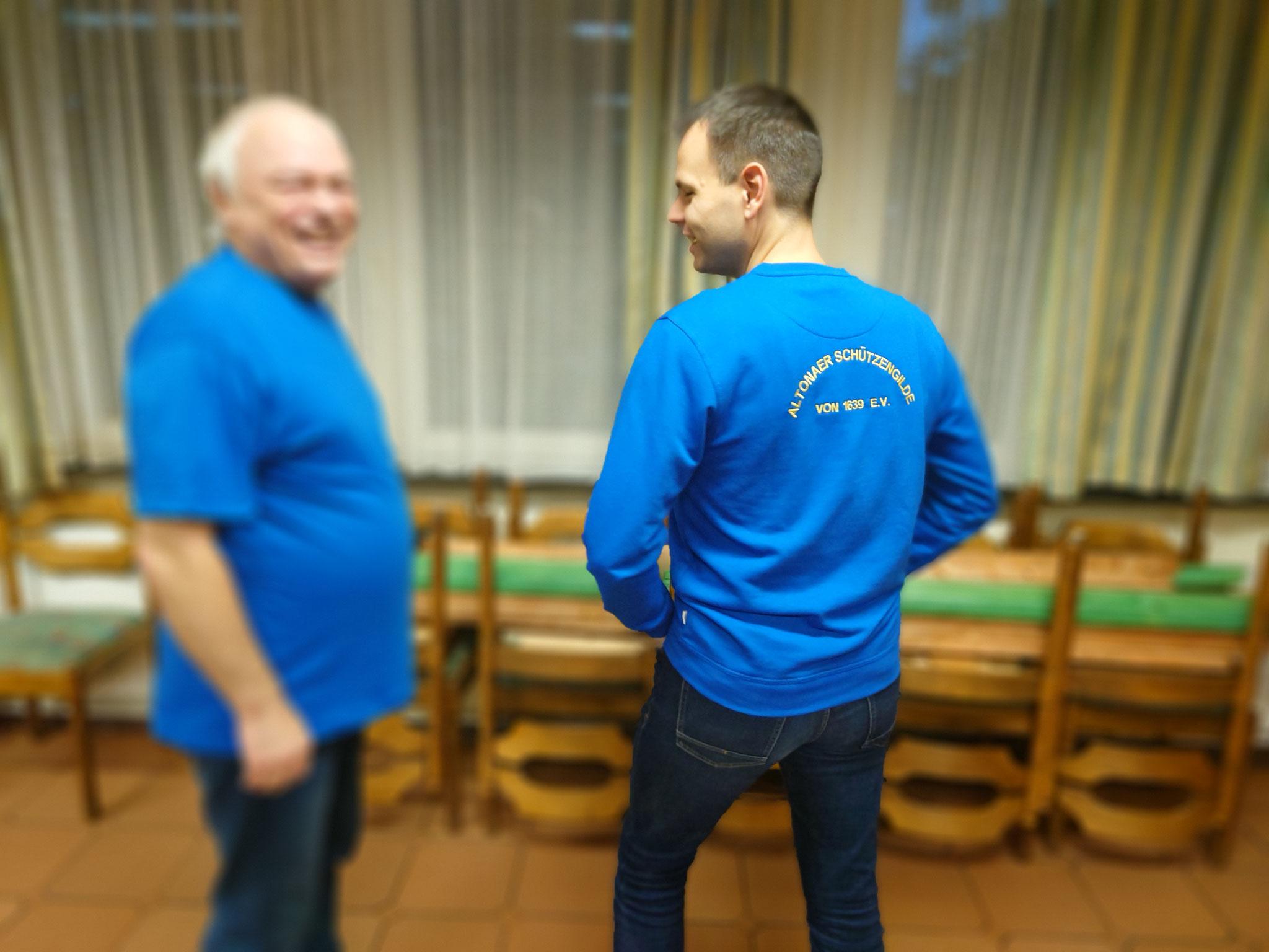 T-Shirt (XL) und Pullover (M)